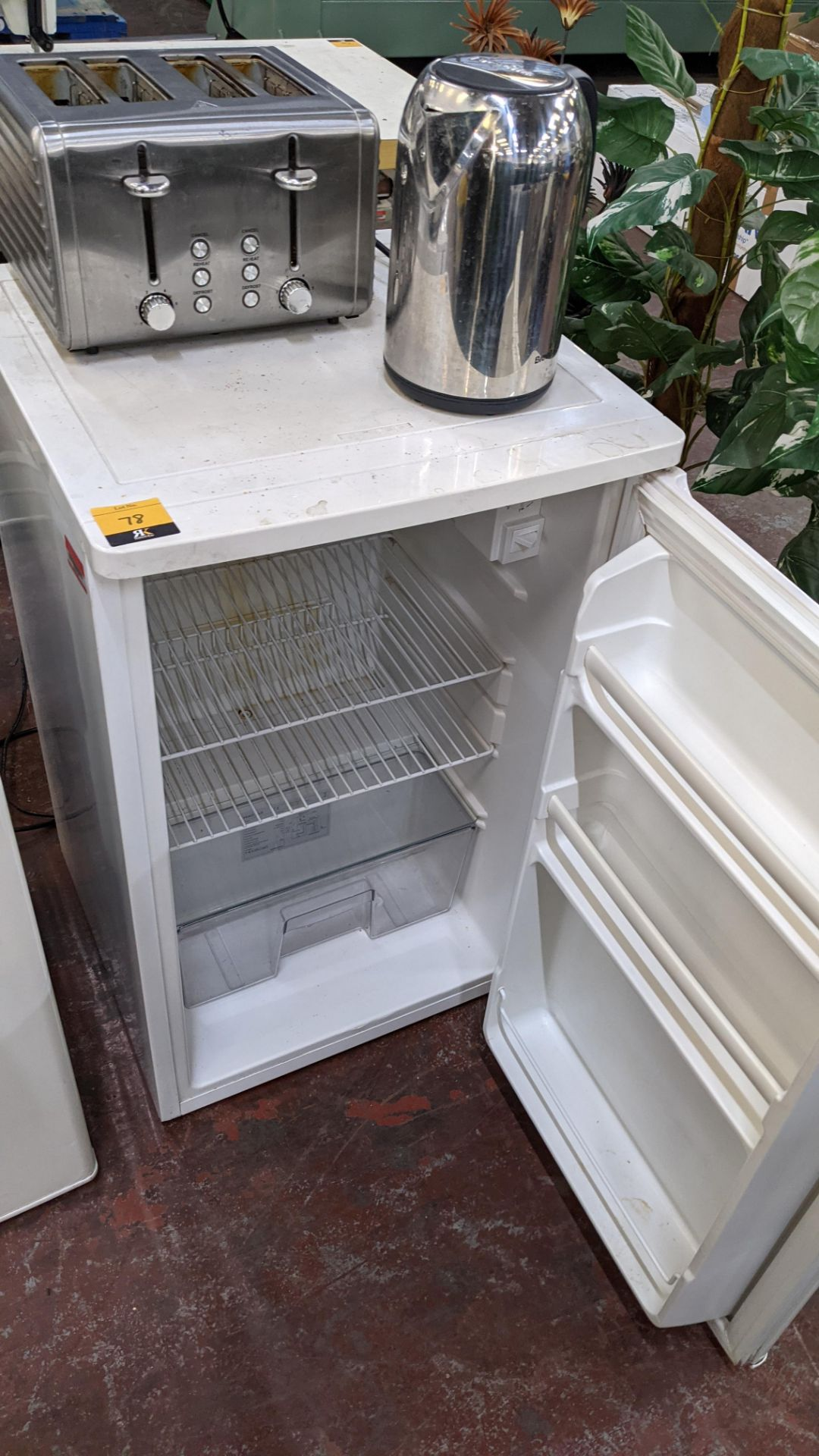 Domestic appliance lot comprising counter height fridge plus cordless kettle & 4 slice toaster - Image 3 of 6