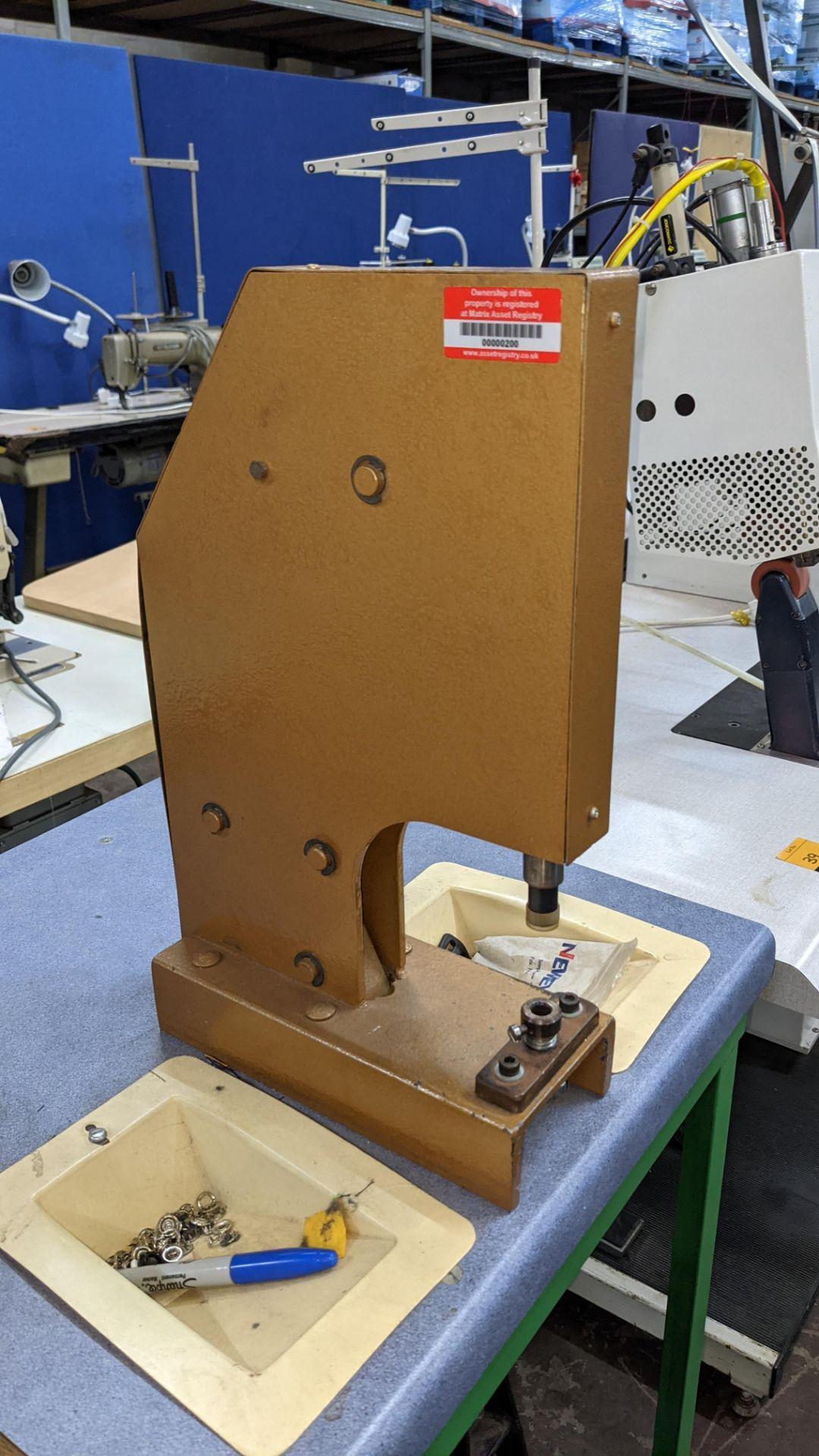 Foot operated riveting machine/press stud machine - Image 7 of 8