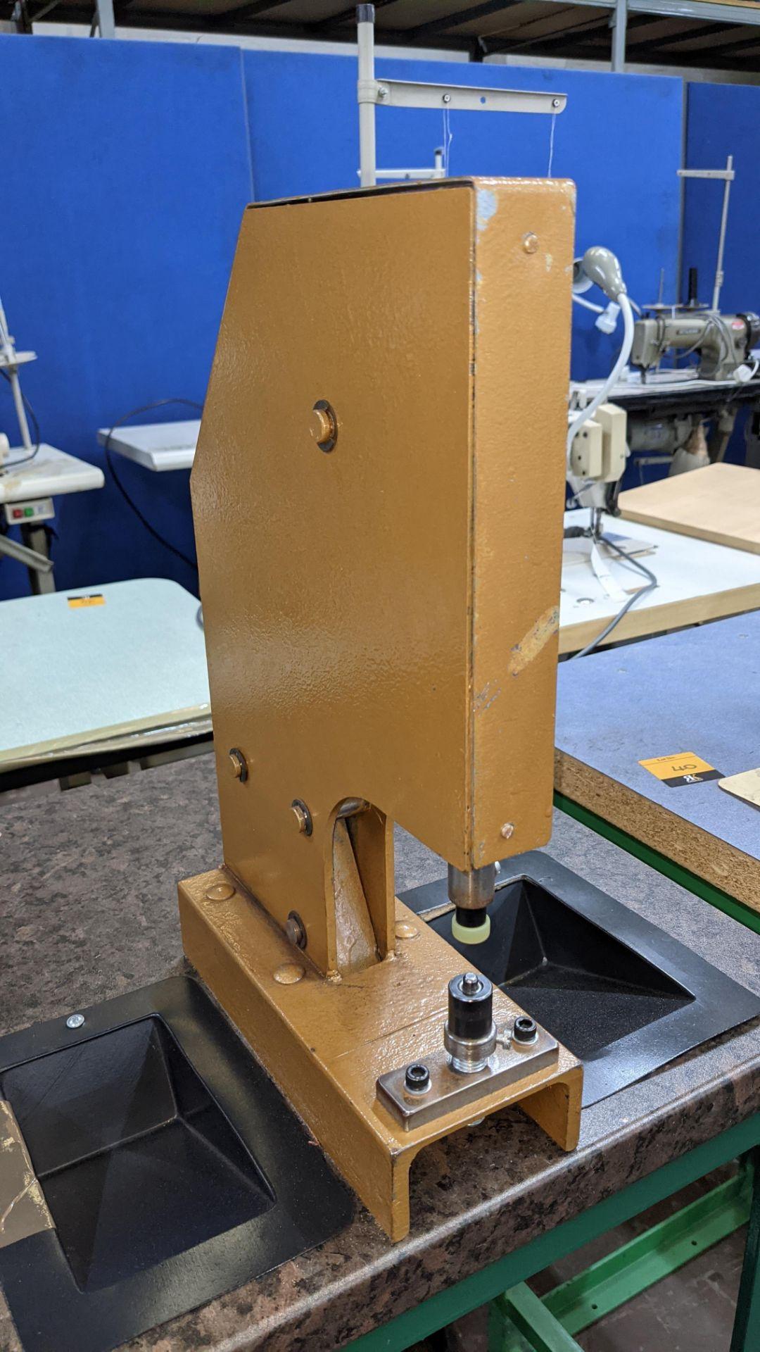 Foot operated riveting machine/press stud machine - Image 6 of 9