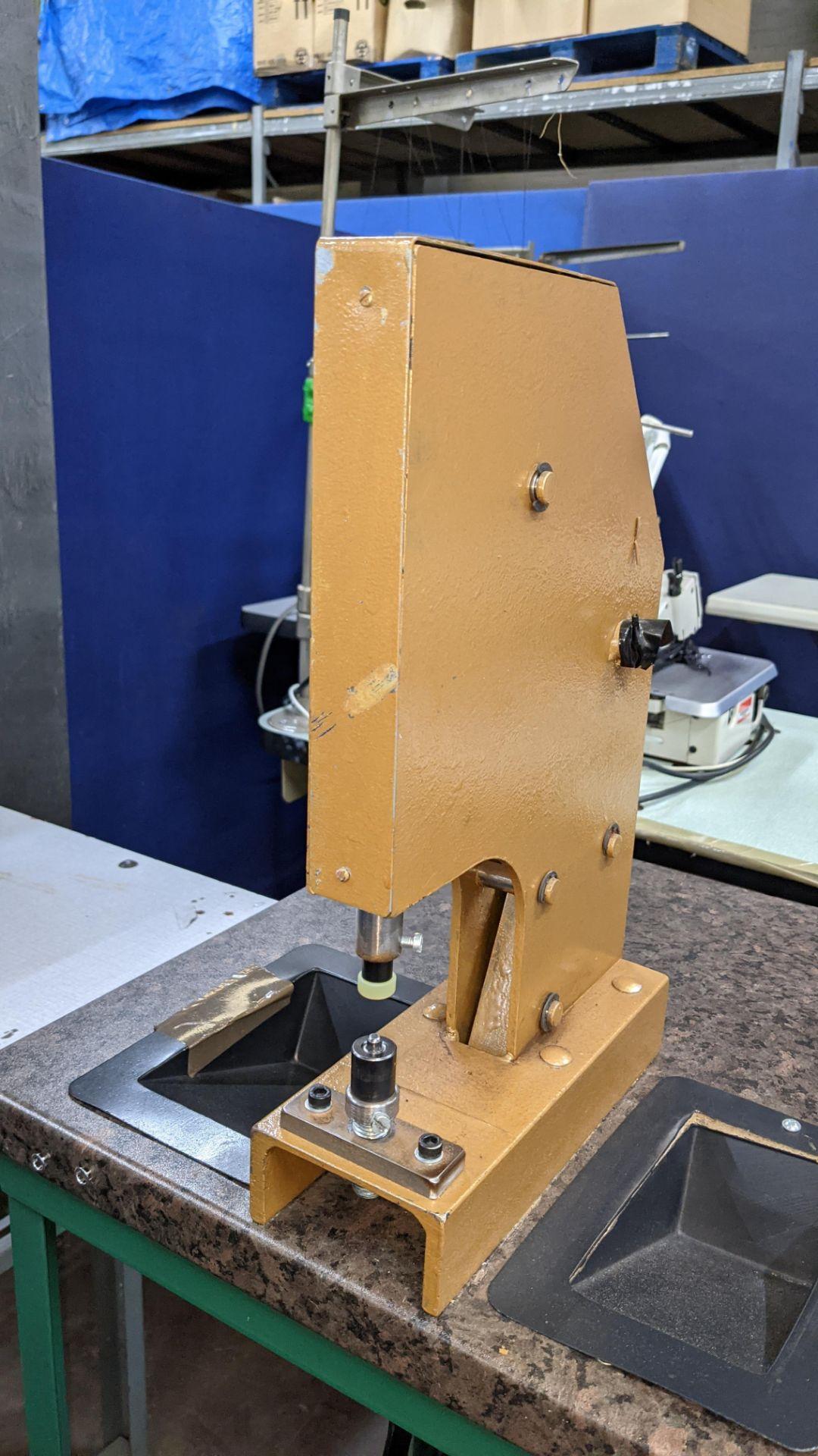 Foot operated riveting machine/press stud machine - Image 4 of 9