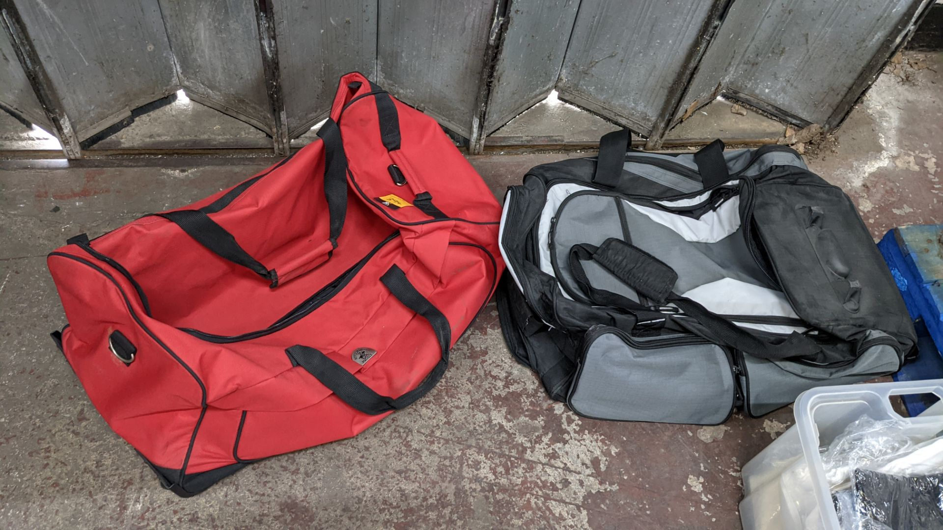 2 off soft holdalls with built-in wheels - Image 3 of 7