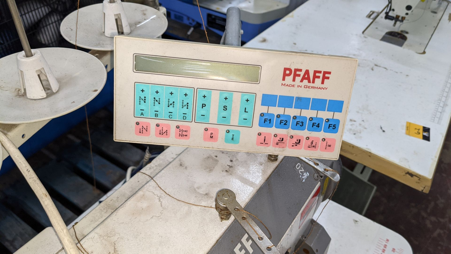 Pfaff twin needle sewing machine, model 422 - Image 9 of 17