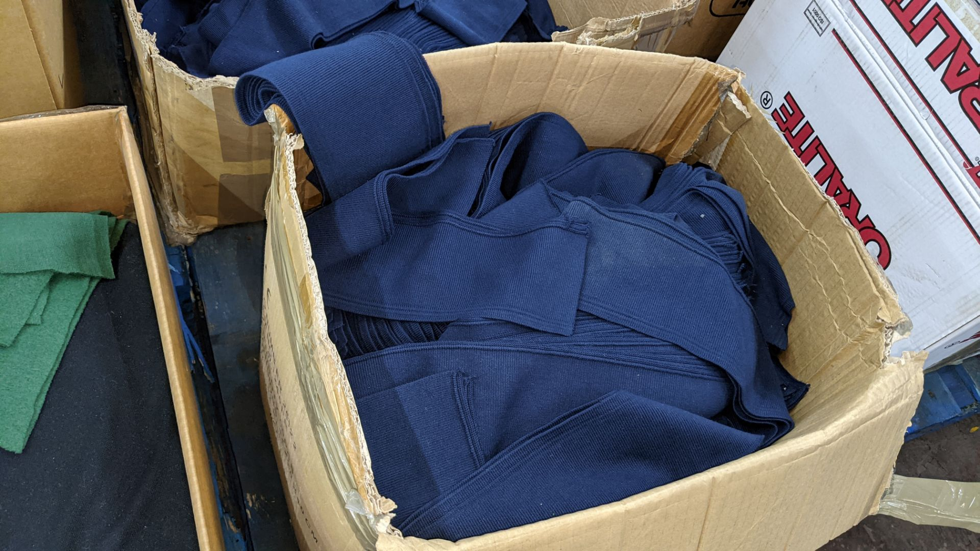 Quantity of assorted pieces of fabric in blue, green & black - this lot consists of 4 assorted size - Image 5 of 7