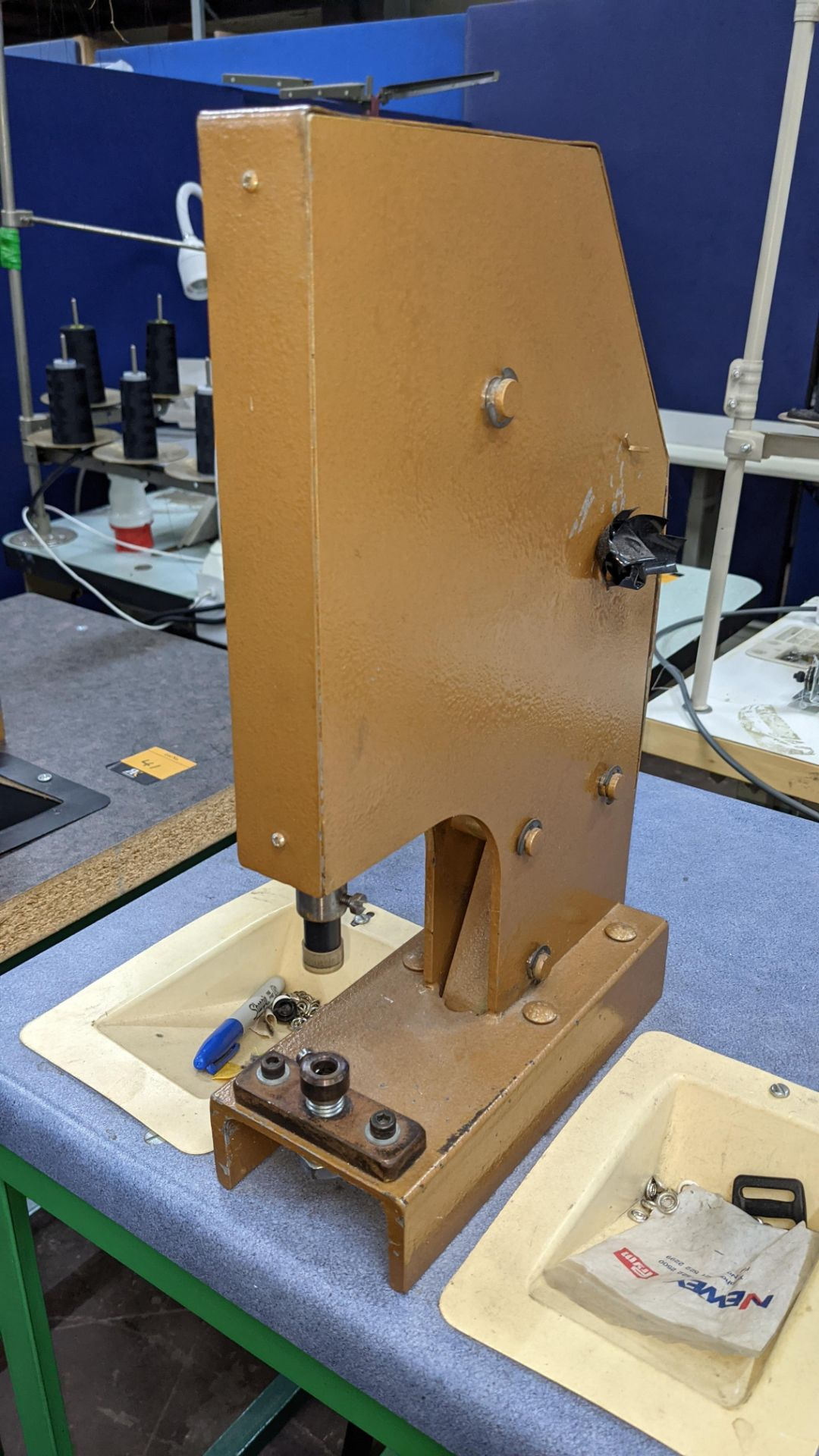 Foot operated riveting machine/press stud machine - Image 4 of 8