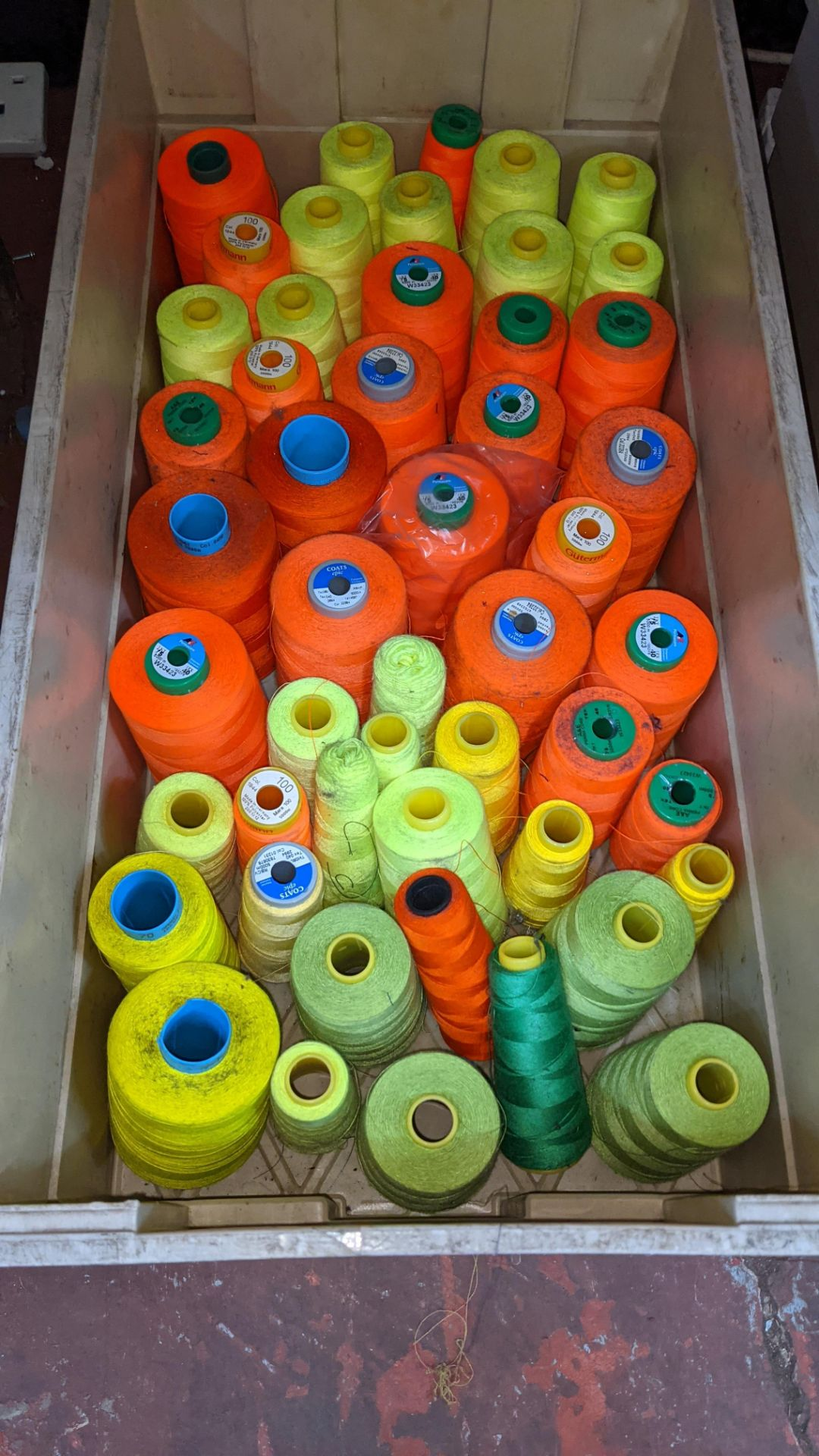 The contents of a crate of primarily fluorescent thread - Image 2 of 3