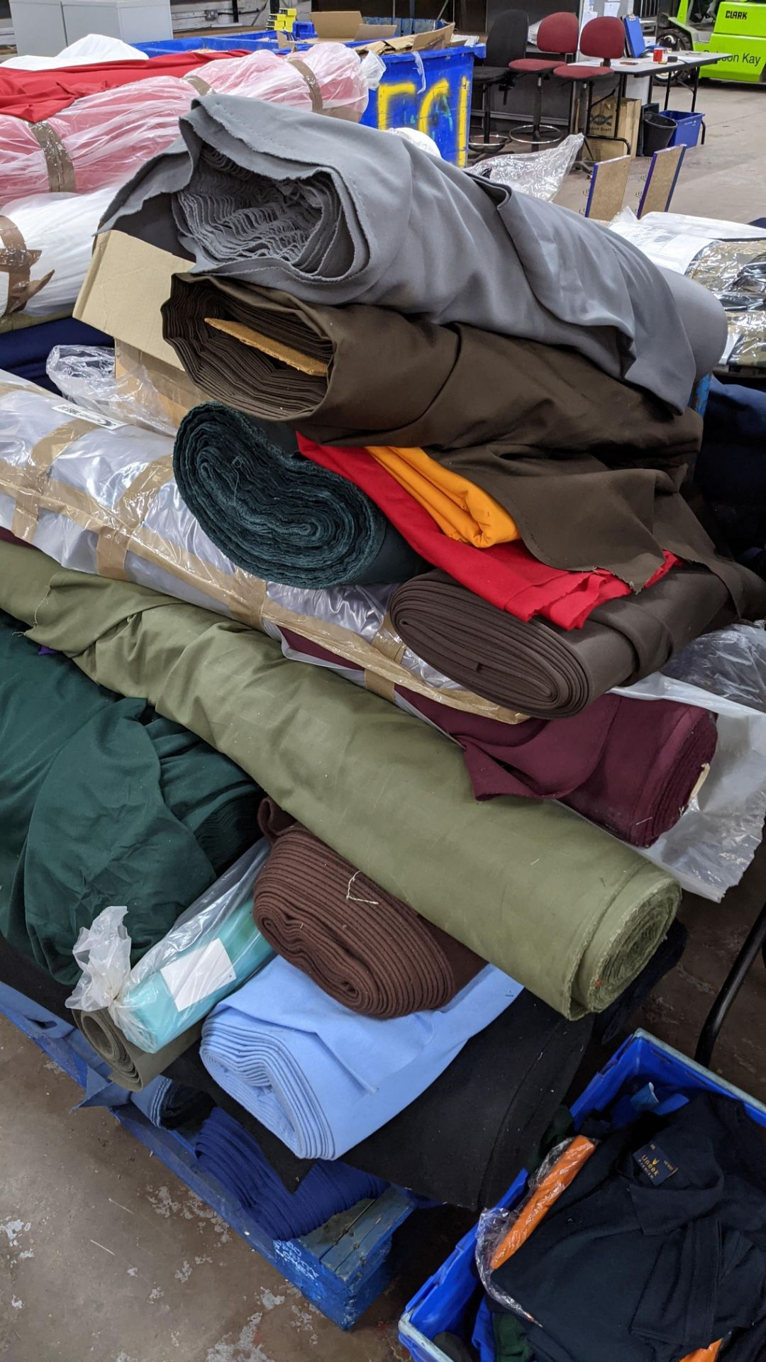 The contents of a pallet of assorted fabric - Image 8 of 8