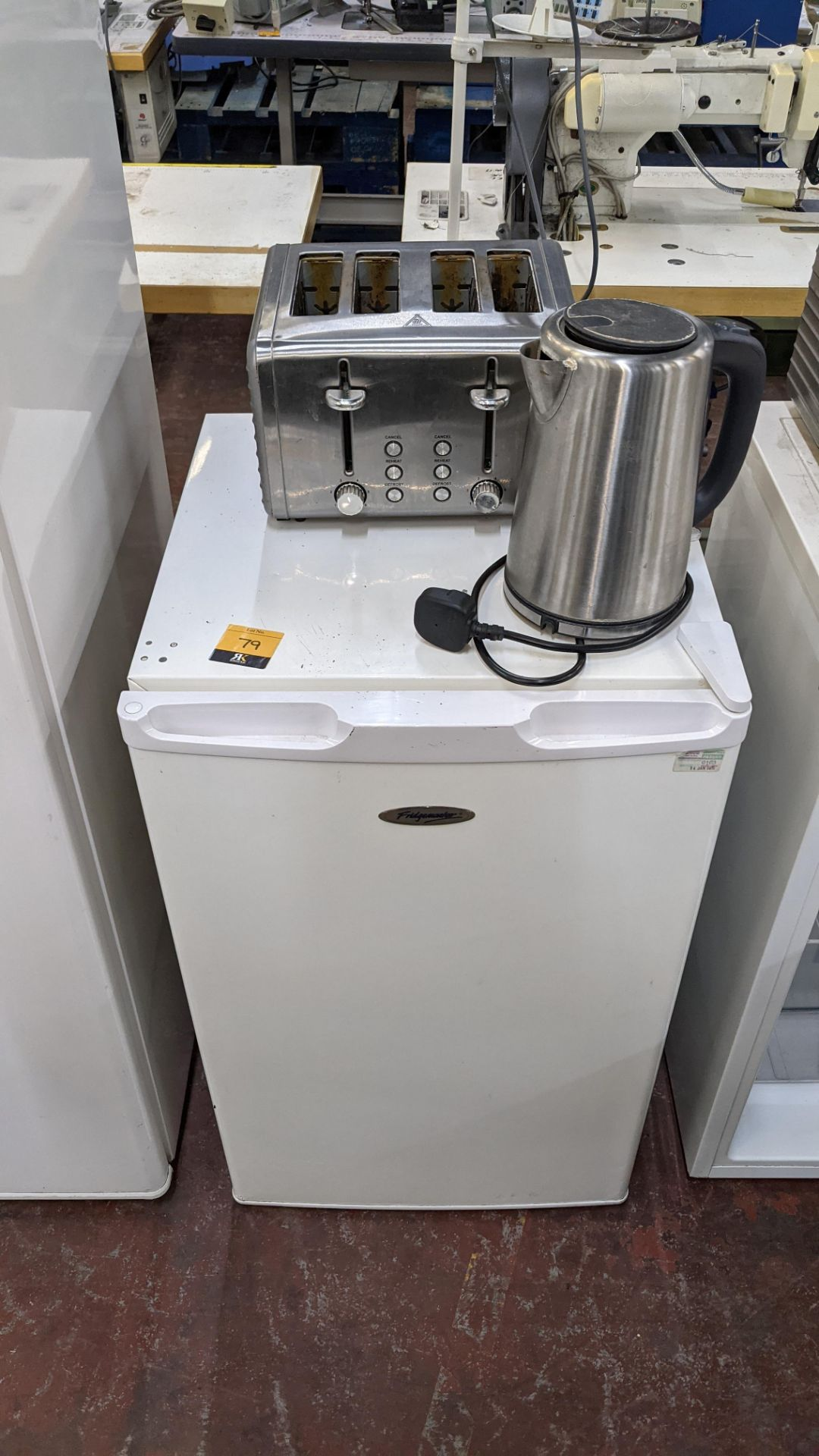Domestic appliance lot comprising counter height fridge (incorporating freezer section) plus cordles - Image 2 of 5