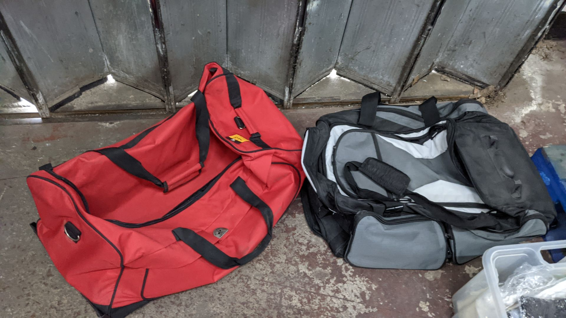 2 off soft holdalls with built-in wheels - Image 2 of 7