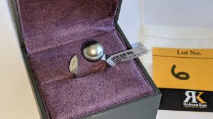 White gold, diamond & pearl ring with 0.17ct of diamonds at one end of the 18ct white gold ring & a