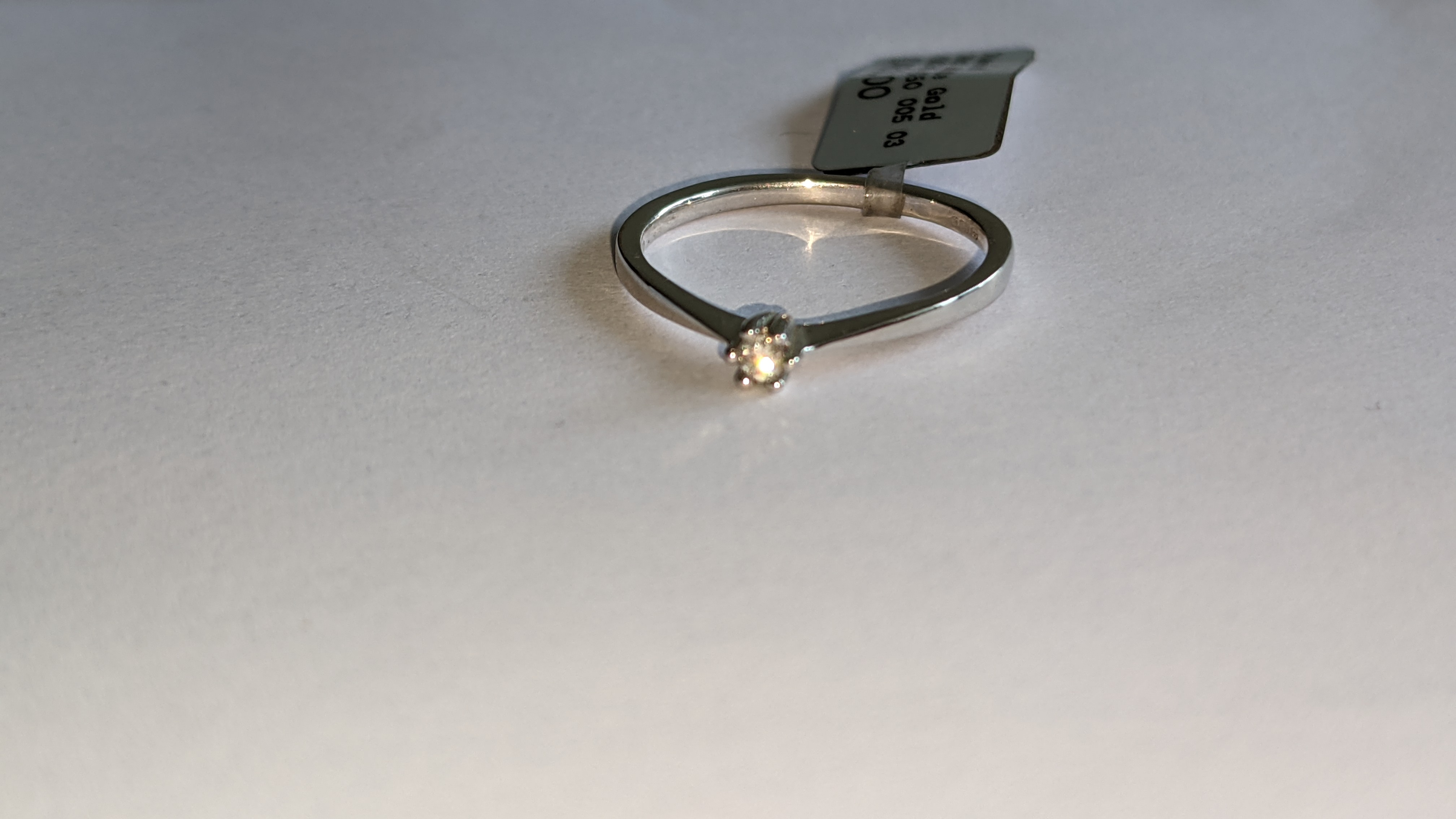 18ct white gold ring with central 0.05ct diamond. RRP £461 - Image 9 of 16