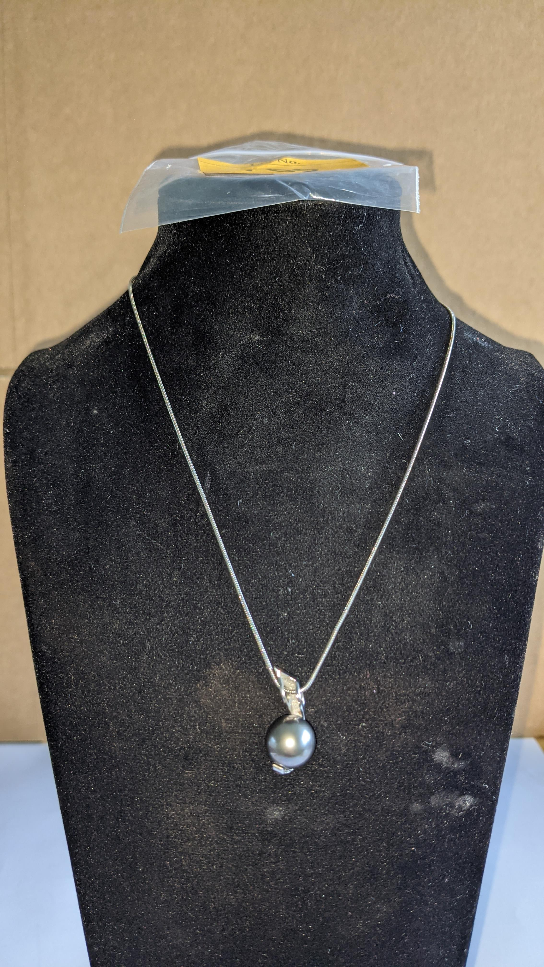 18ct white gold, diamond & Tahitian pendant & necklace set comprising pendant with central pearl & 0 - Image 14 of 17
