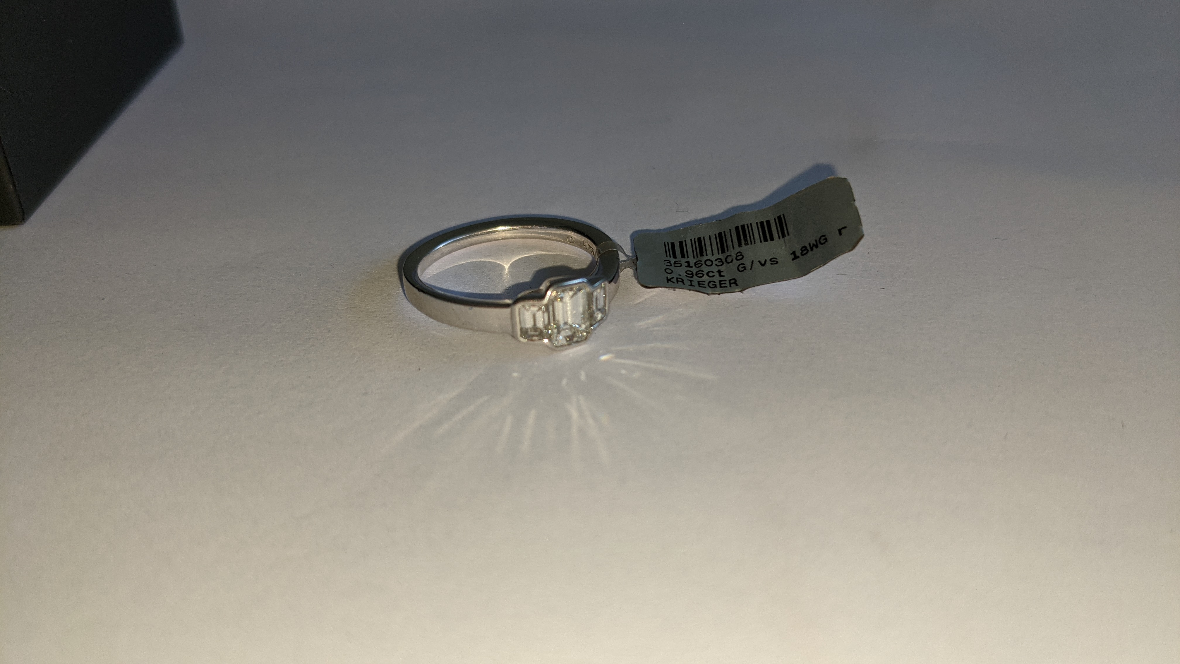 Diamond & 18ct white gold ring with centre stone flanked by 2 smaller stones all in baguette type cu - Image 10 of 21
