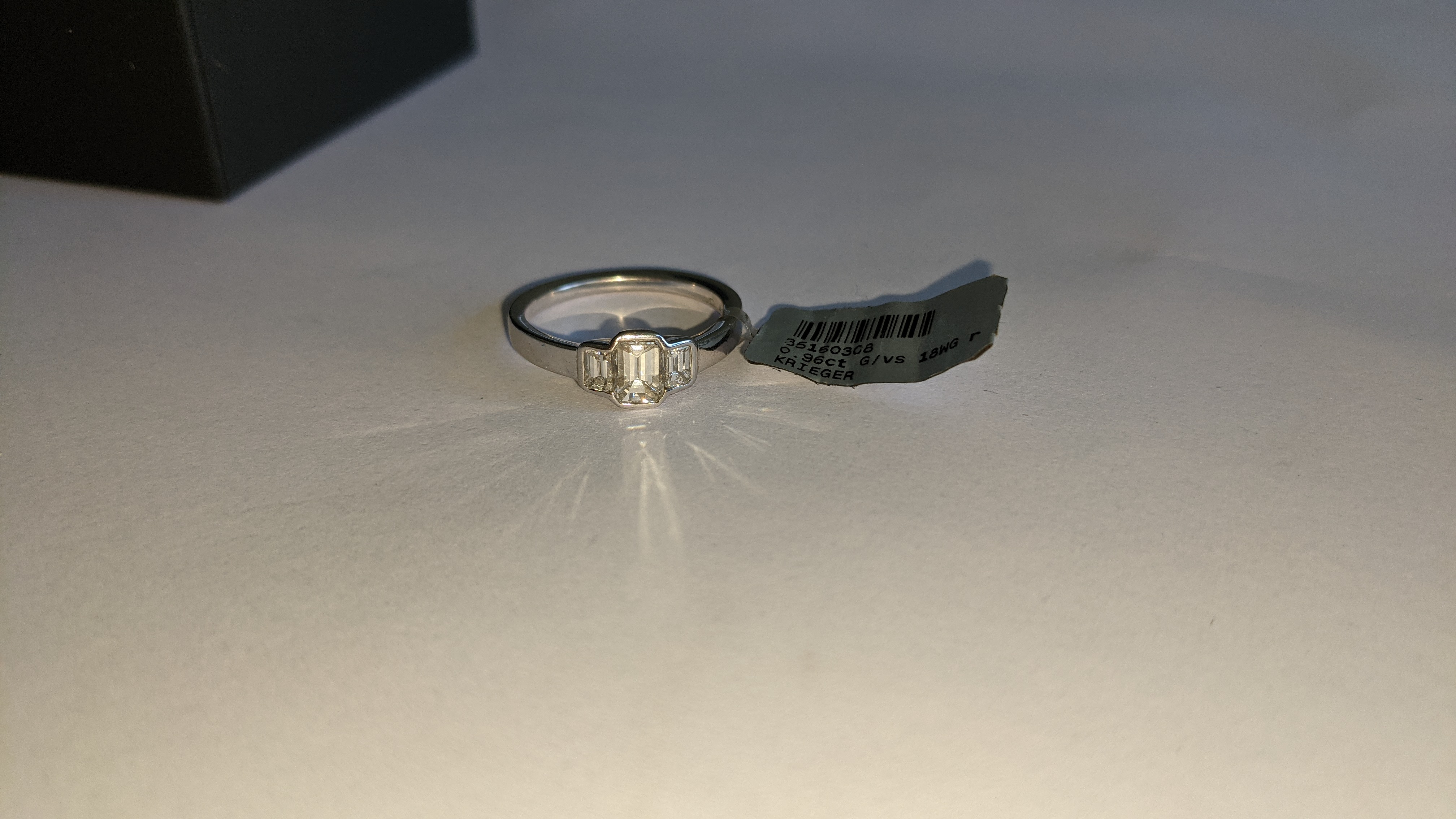 Diamond & 18ct white gold ring with centre stone flanked by 2 smaller stones all in baguette type cu - Image 11 of 21