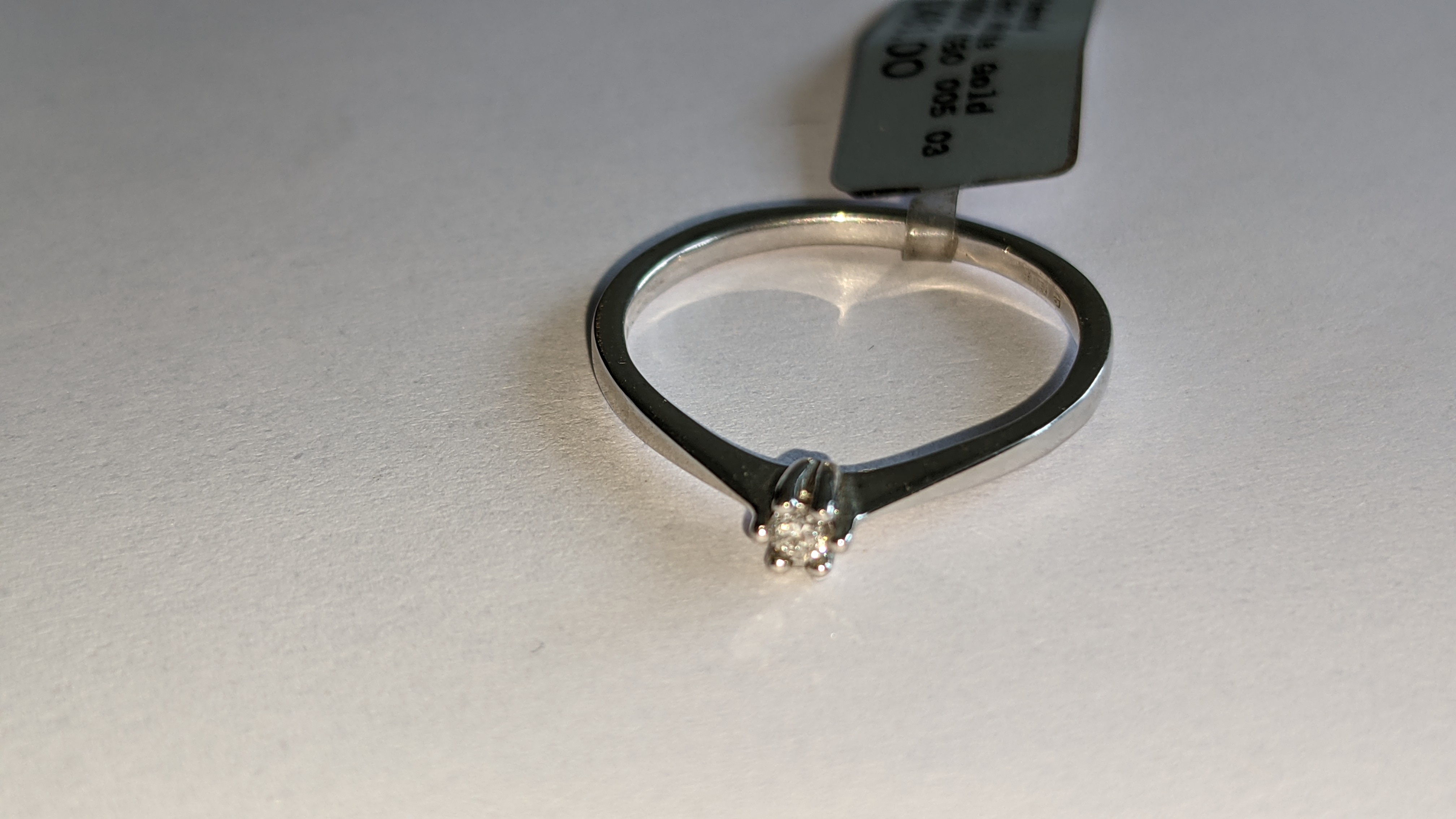 18ct white gold ring with central 0.05ct diamond. RRP £461 - Image 10 of 16