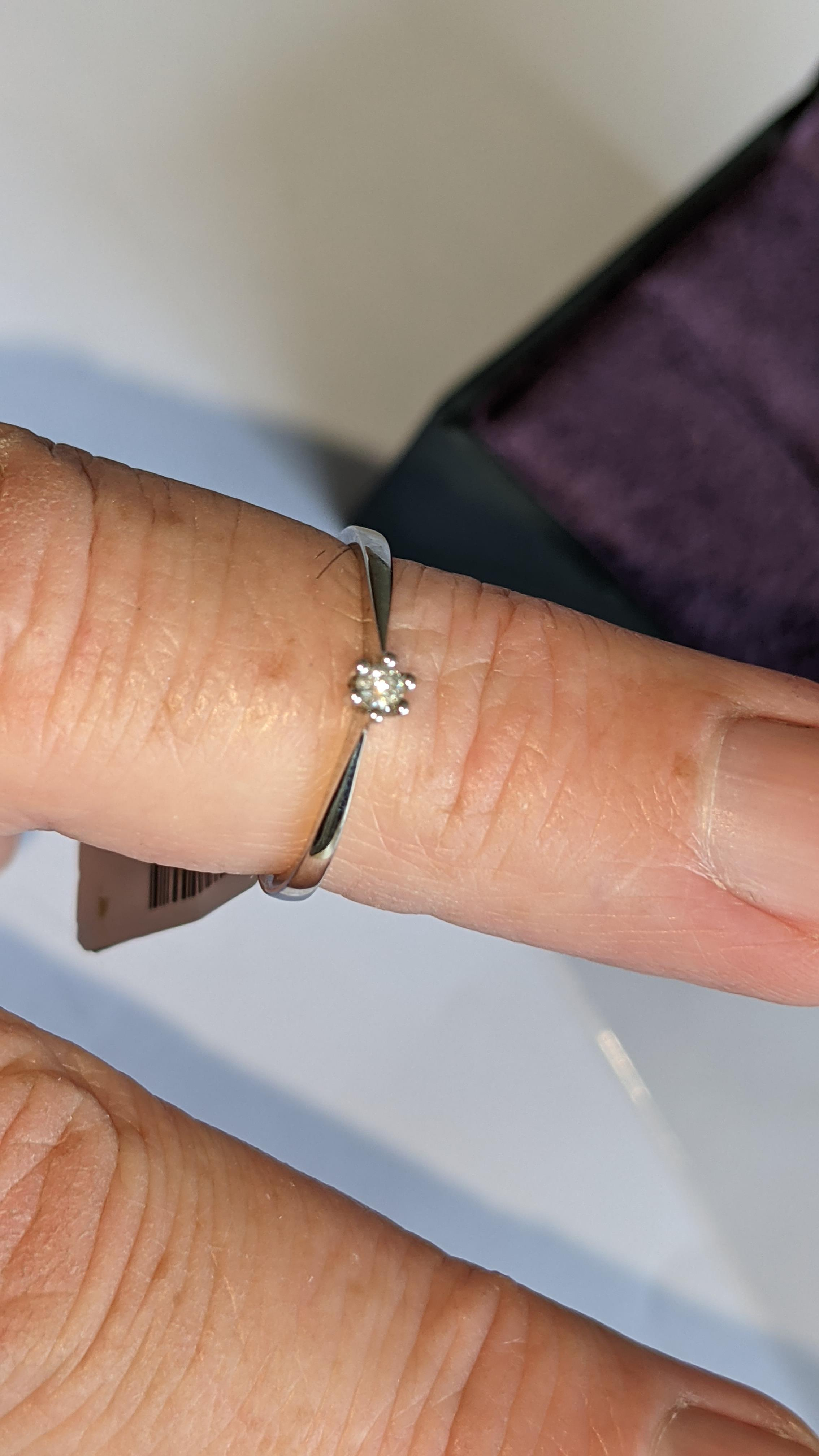 18ct white gold ring with central 0.05ct diamond. RRP £461 - Image 15 of 16