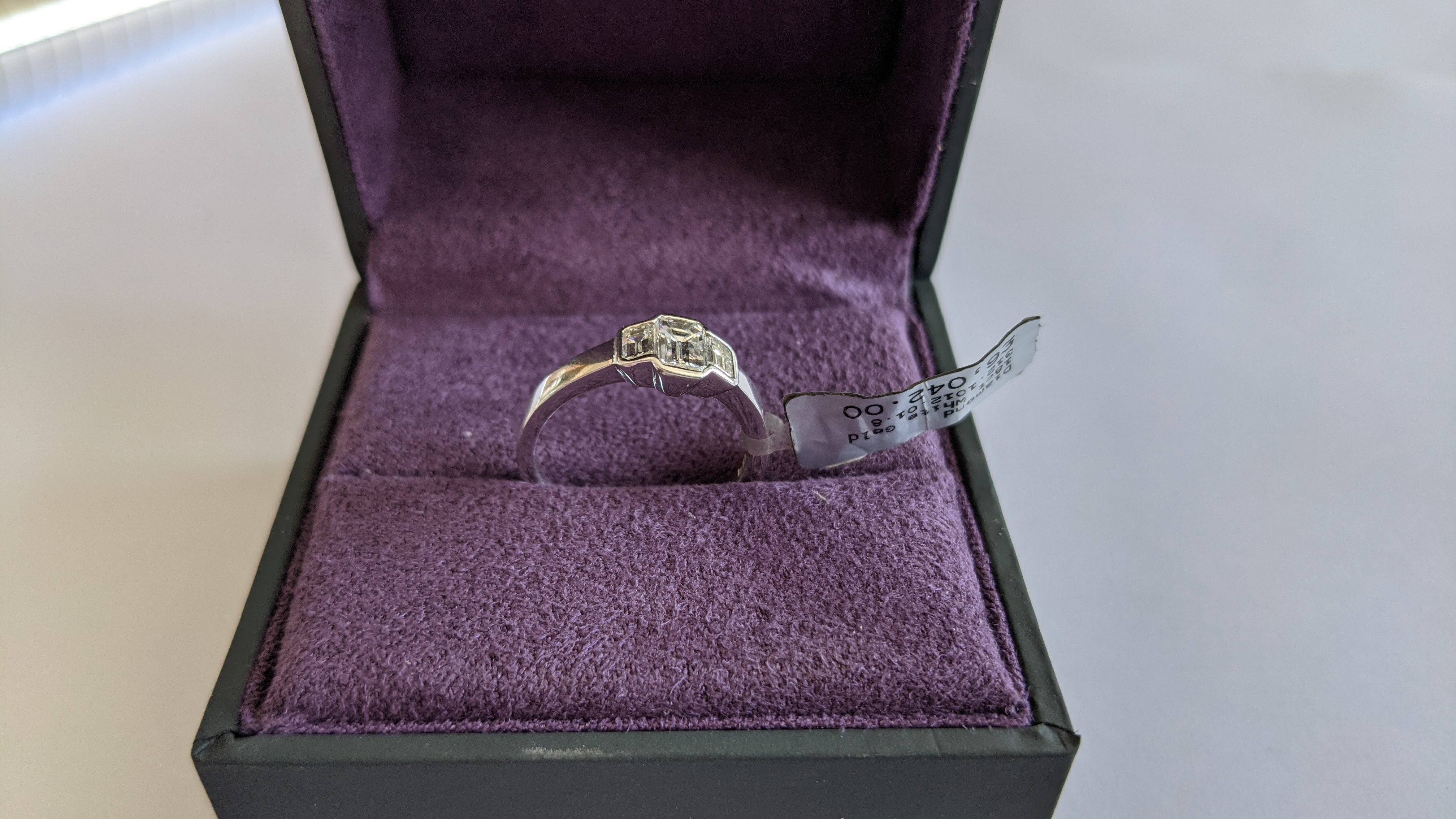 Diamond & 18ct white gold ring with centre stone flanked by 2 smaller stones all in baguette type cu - Image 4 of 21