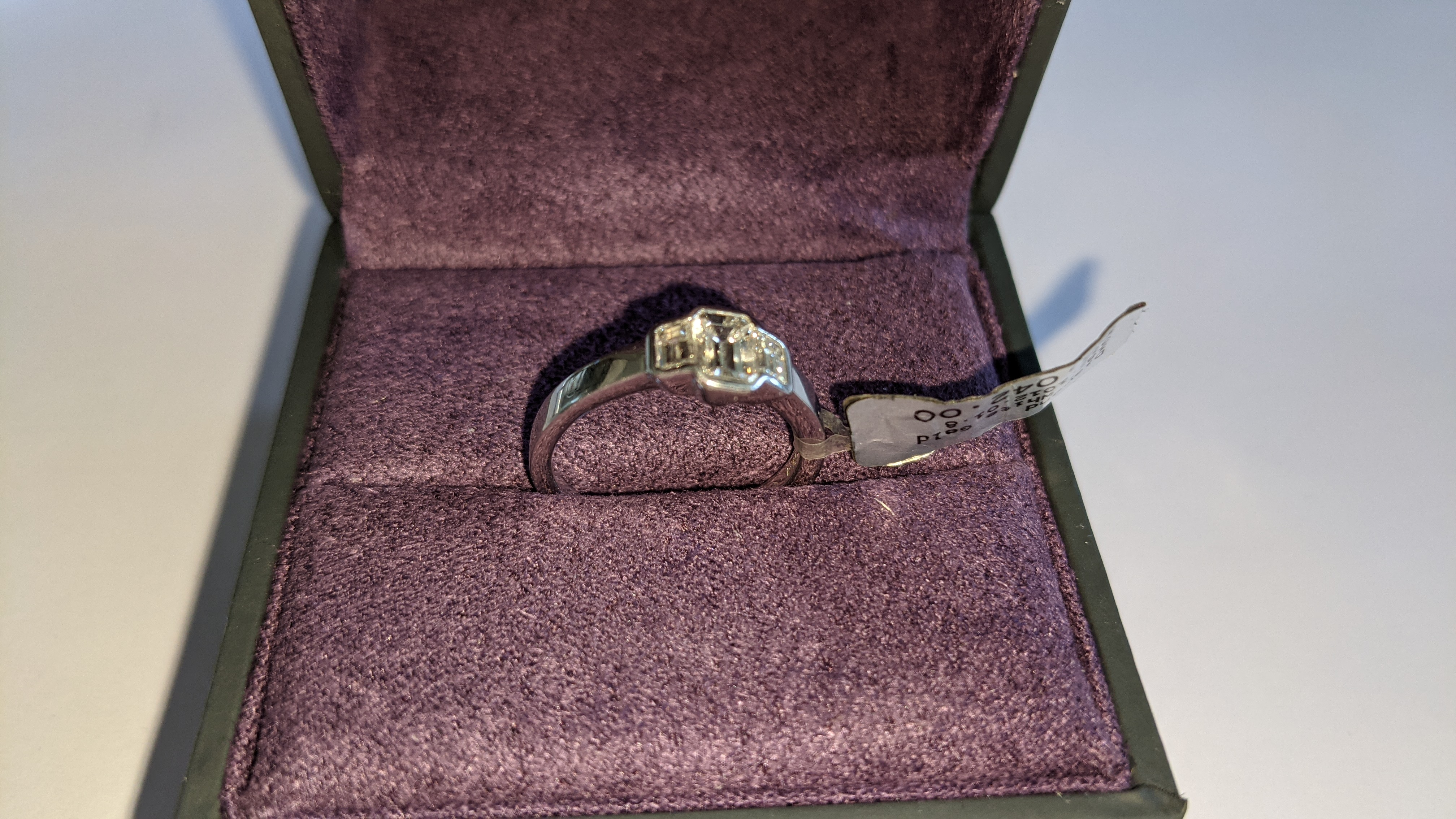 Diamond & 18ct white gold ring with centre stone flanked by 2 smaller stones all in baguette type cu - Image 5 of 21