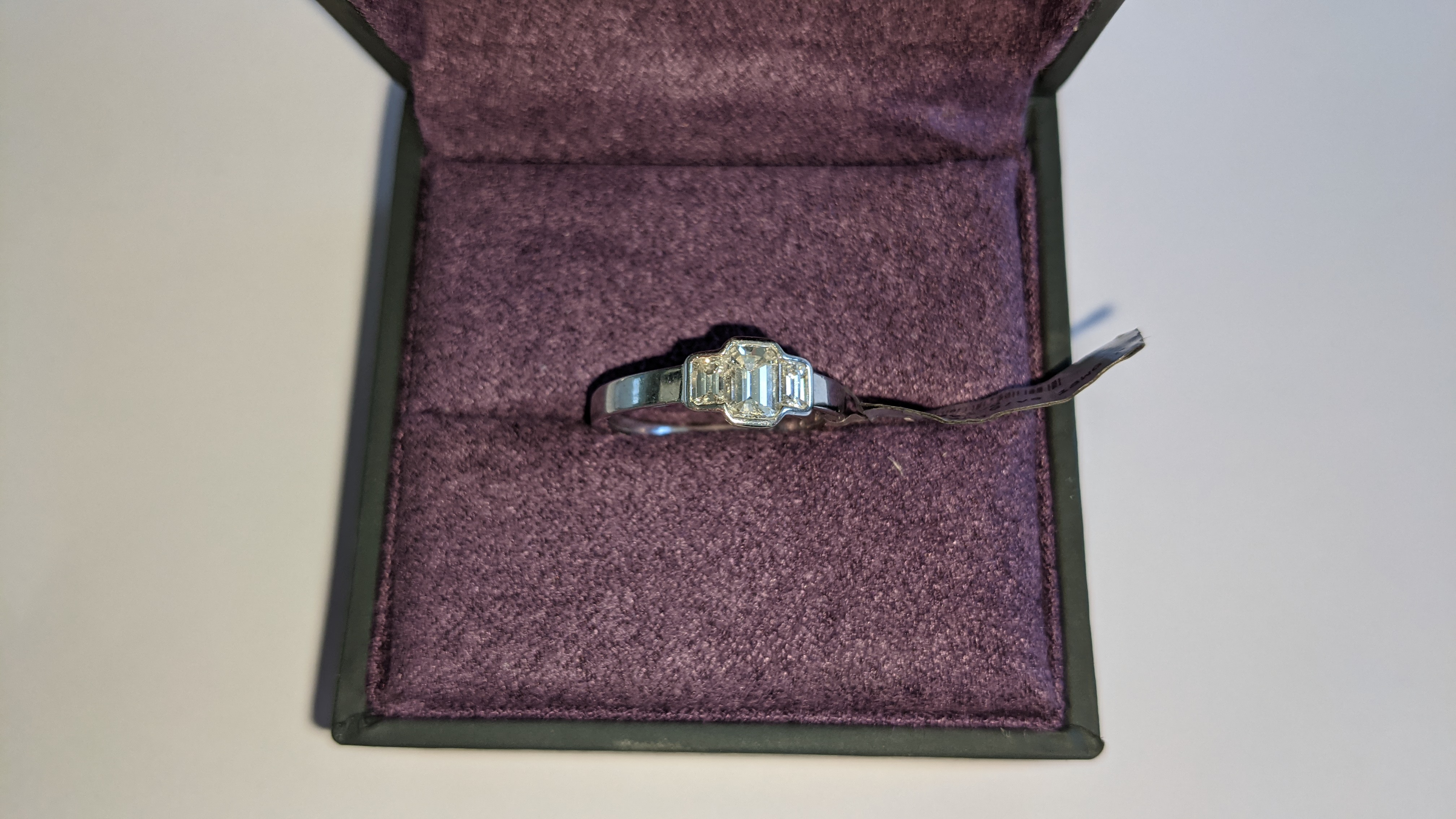Diamond & 18ct white gold ring with centre stone flanked by 2 smaller stones all in baguette type cu - Image 7 of 21