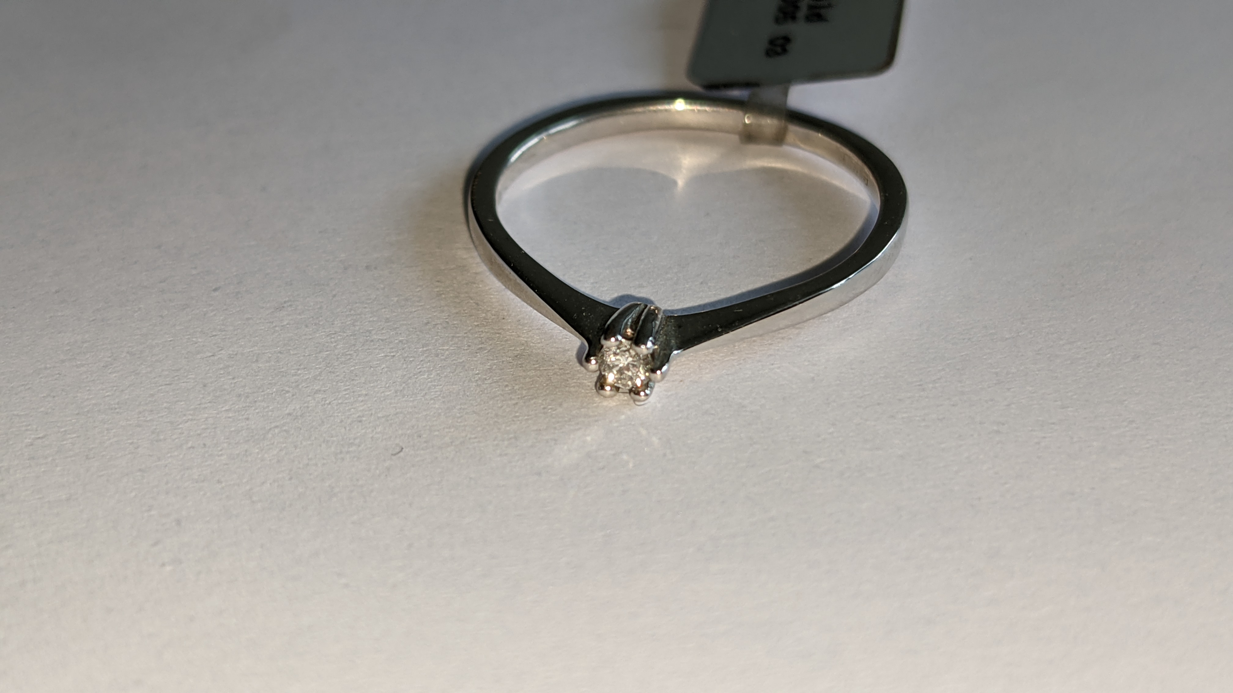 18ct white gold ring with central 0.05ct diamond. RRP £461 - Image 8 of 16