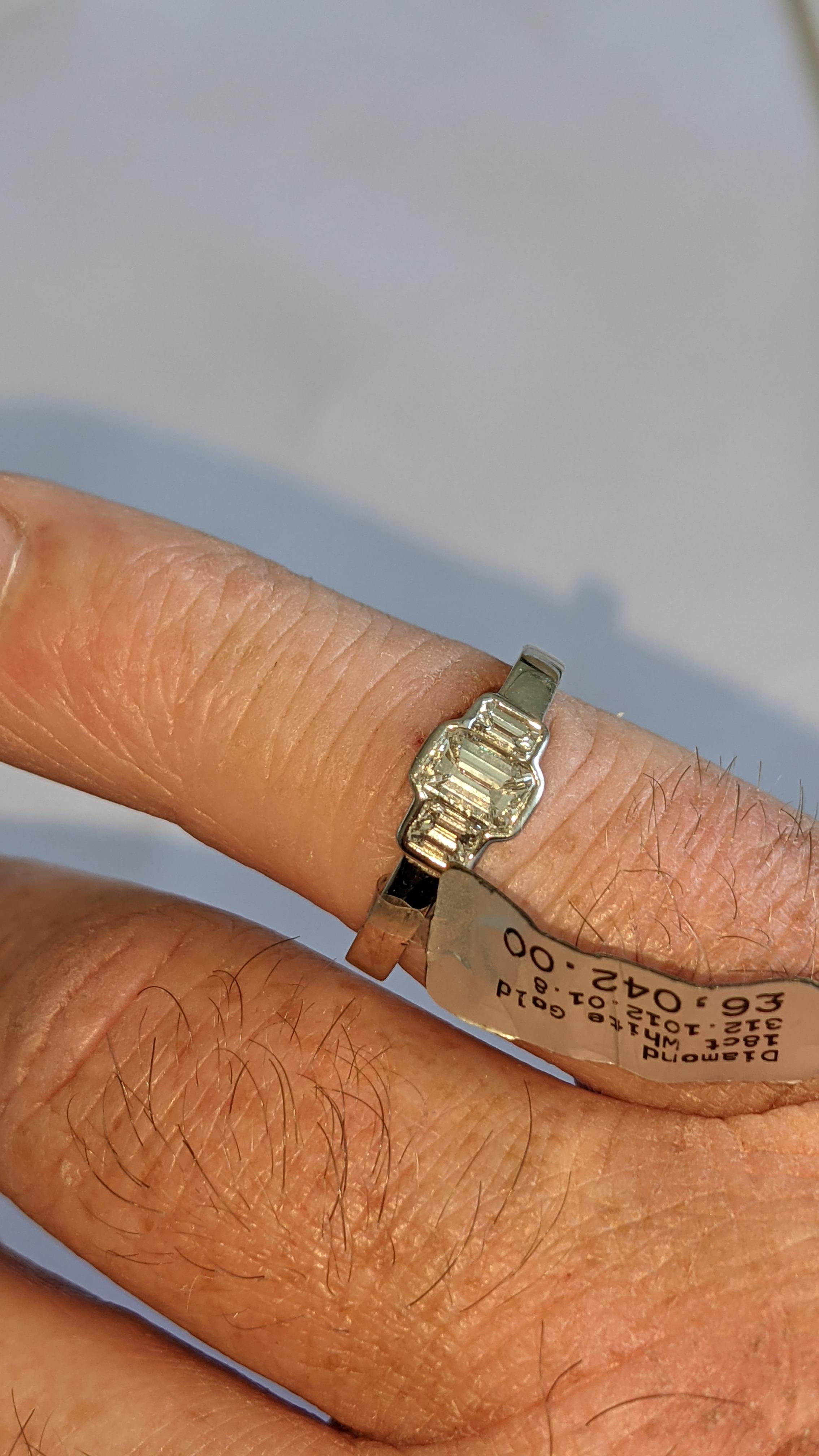 Diamond & 18ct white gold ring with centre stone flanked by 2 smaller stones all in baguette type cu - Image 19 of 21