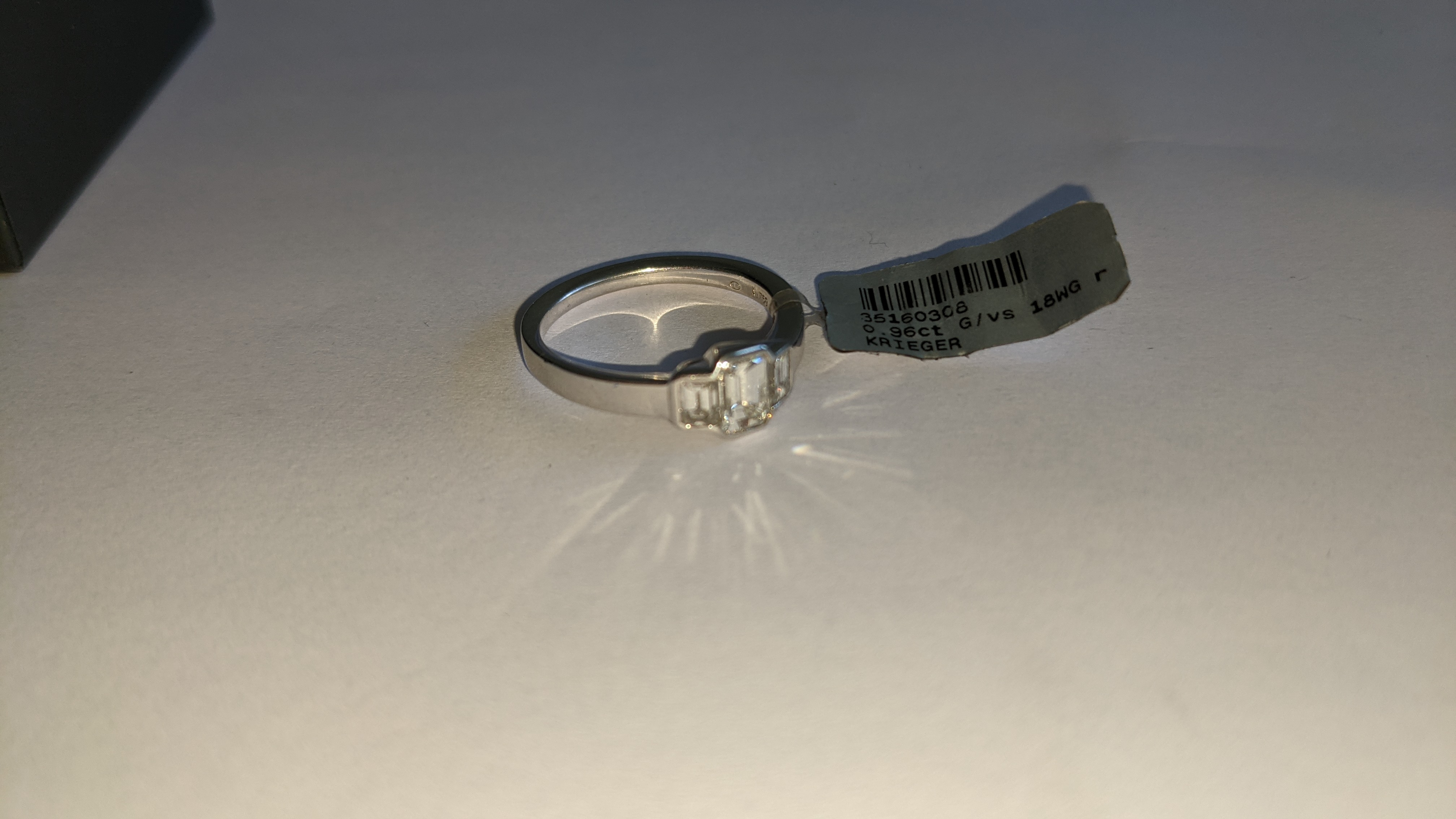 Diamond & 18ct white gold ring with centre stone flanked by 2 smaller stones all in baguette type cu - Image 9 of 21
