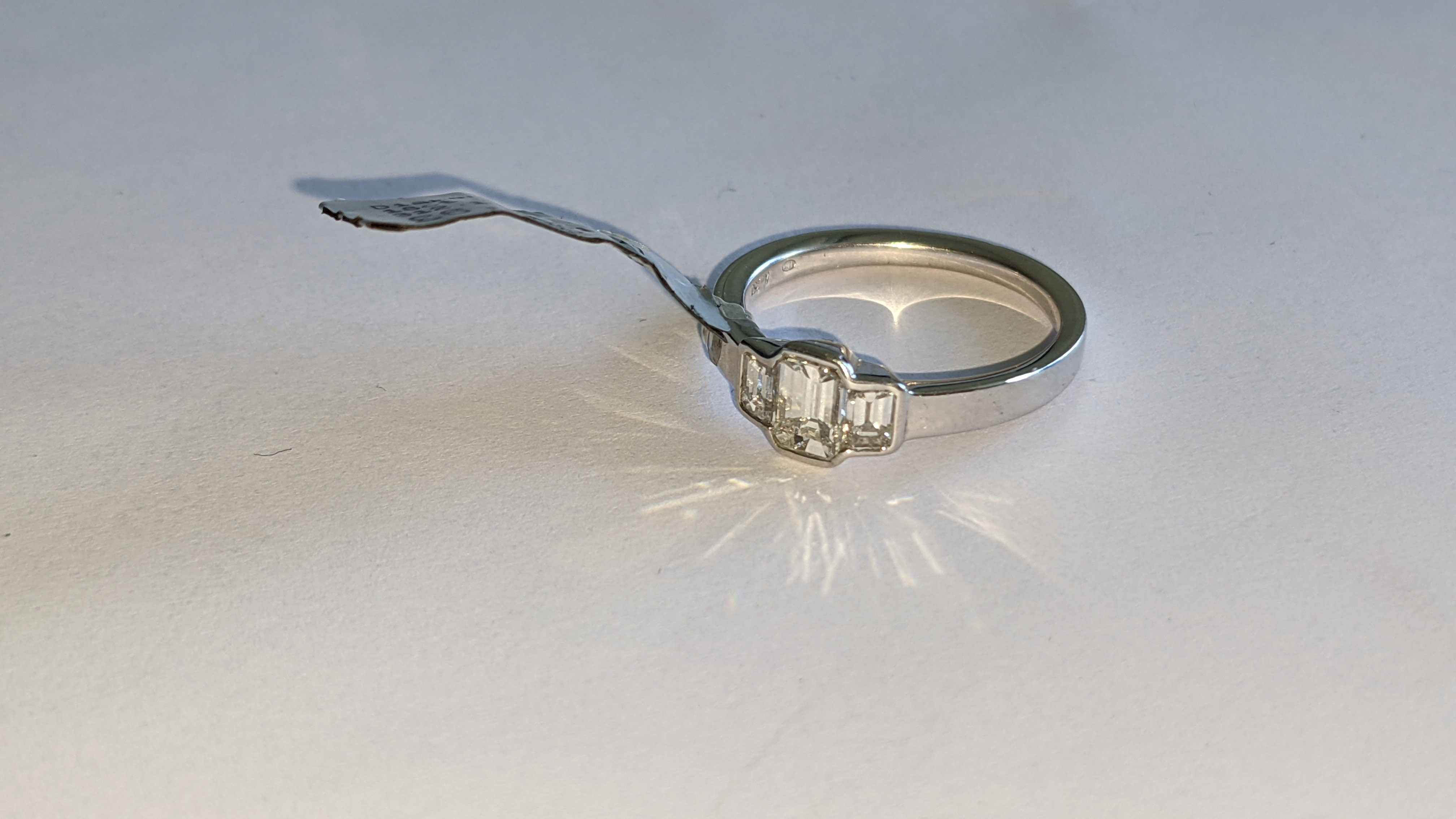 Diamond & 18ct white gold ring with centre stone flanked by 2 smaller stones all in baguette type cu - Image 18 of 21