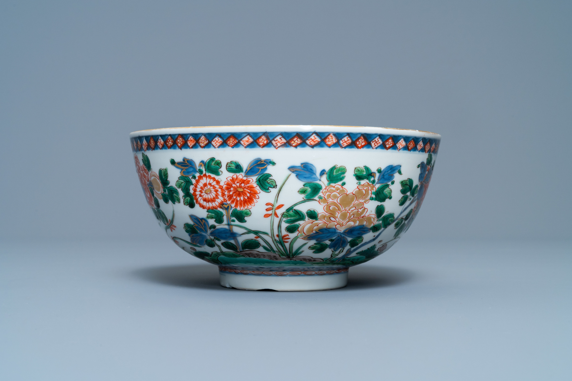 A Chinese famille verte bowl and an iron-red dish, Kangxi - Image 5 of 9