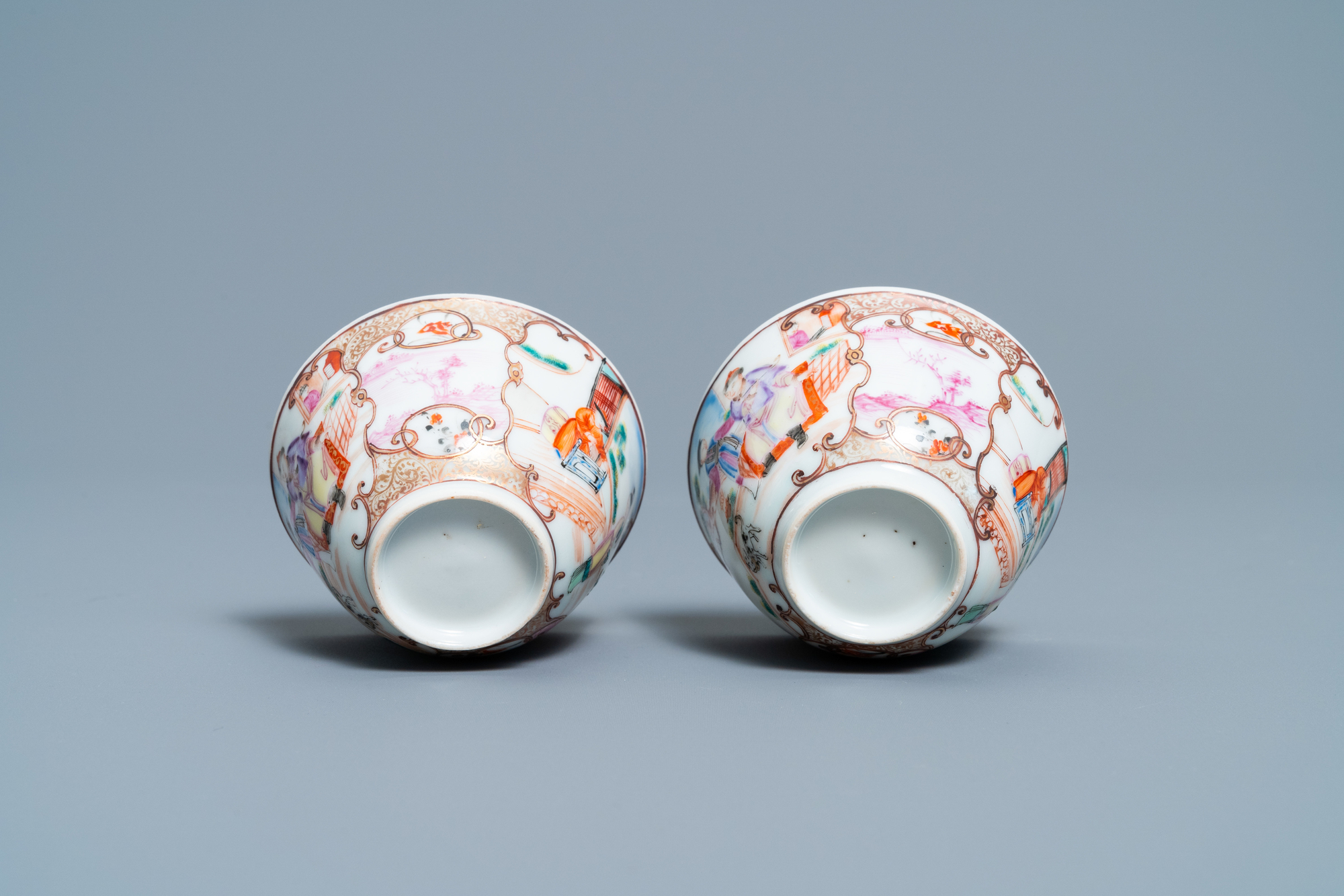 A pair of fine Chinese famille rose 'Mandarin' cups and saucers, Qianlong - Image 9 of 9