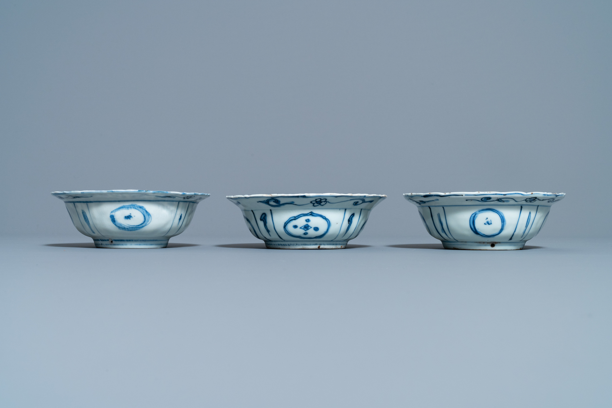 Three Chinese blue and white kraak porcelain klapmuts bowls, Wanli - Image 4 of 7