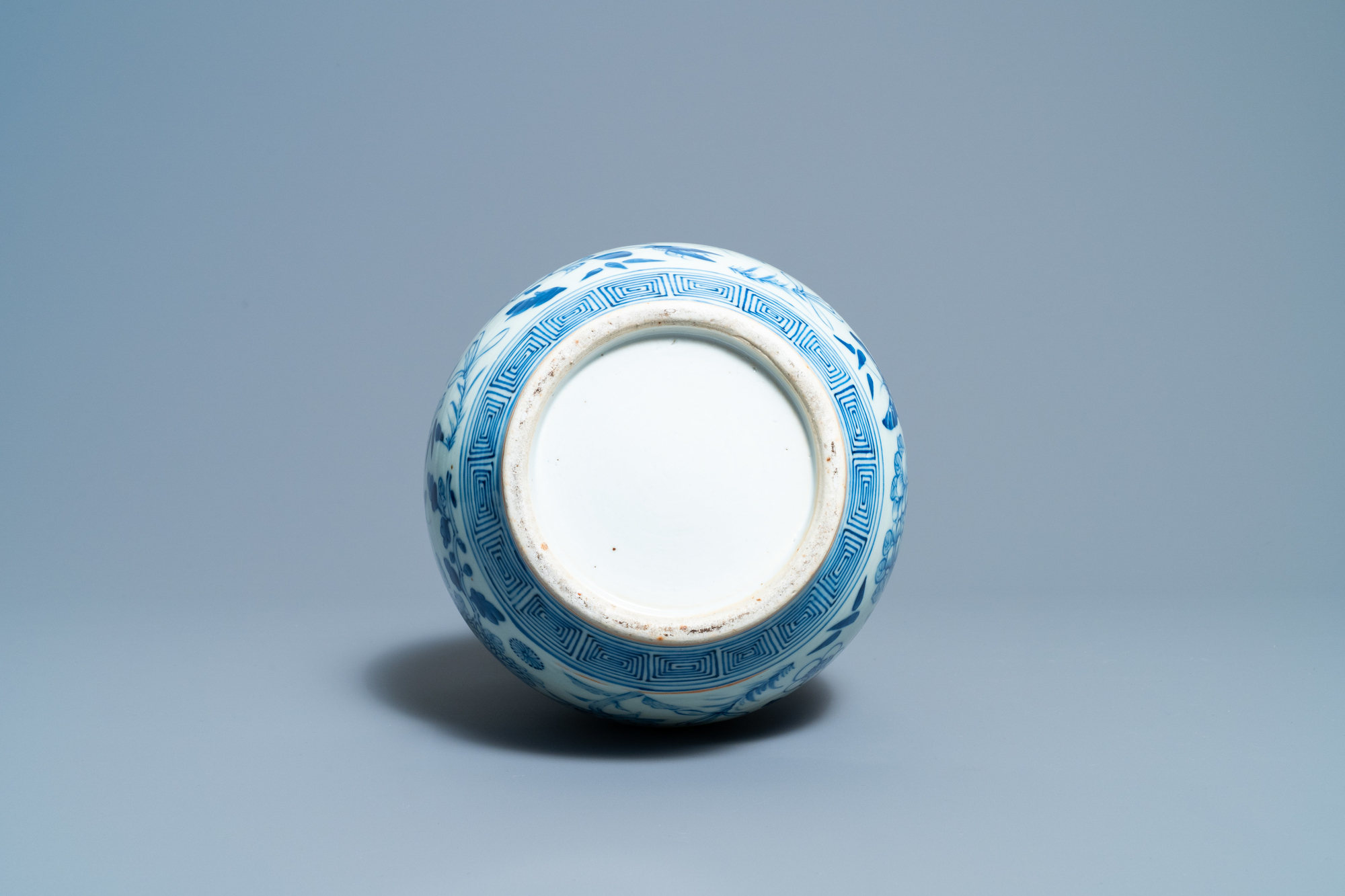 A Chinese blue and white double gourd vase, 19th C. - Image 6 of 6