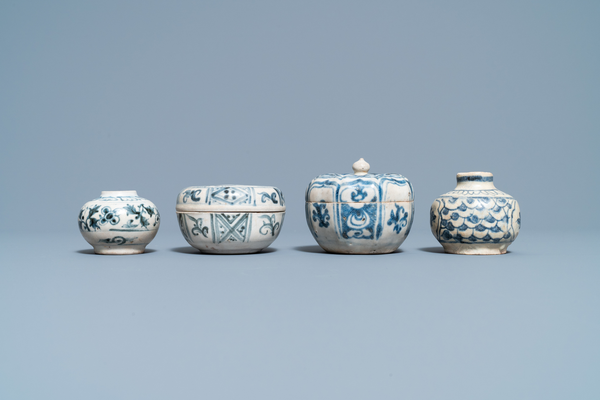 Four blue and white Vietnamese or Annamese ceramics and a Chinese jarlet, 15/16th C. - Image 10 of 12