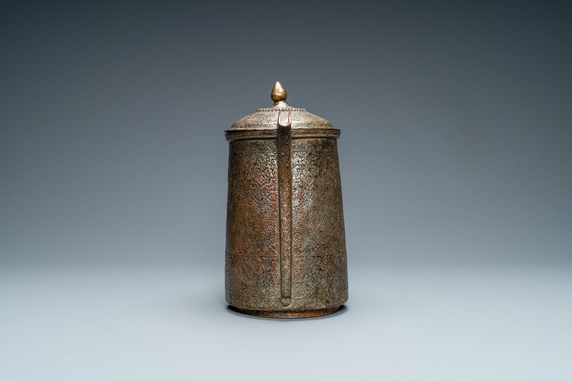 A Safavid parcel-gilt and tinned copper mug and cover, Persia, 17/18th C. - Image 4 of 7