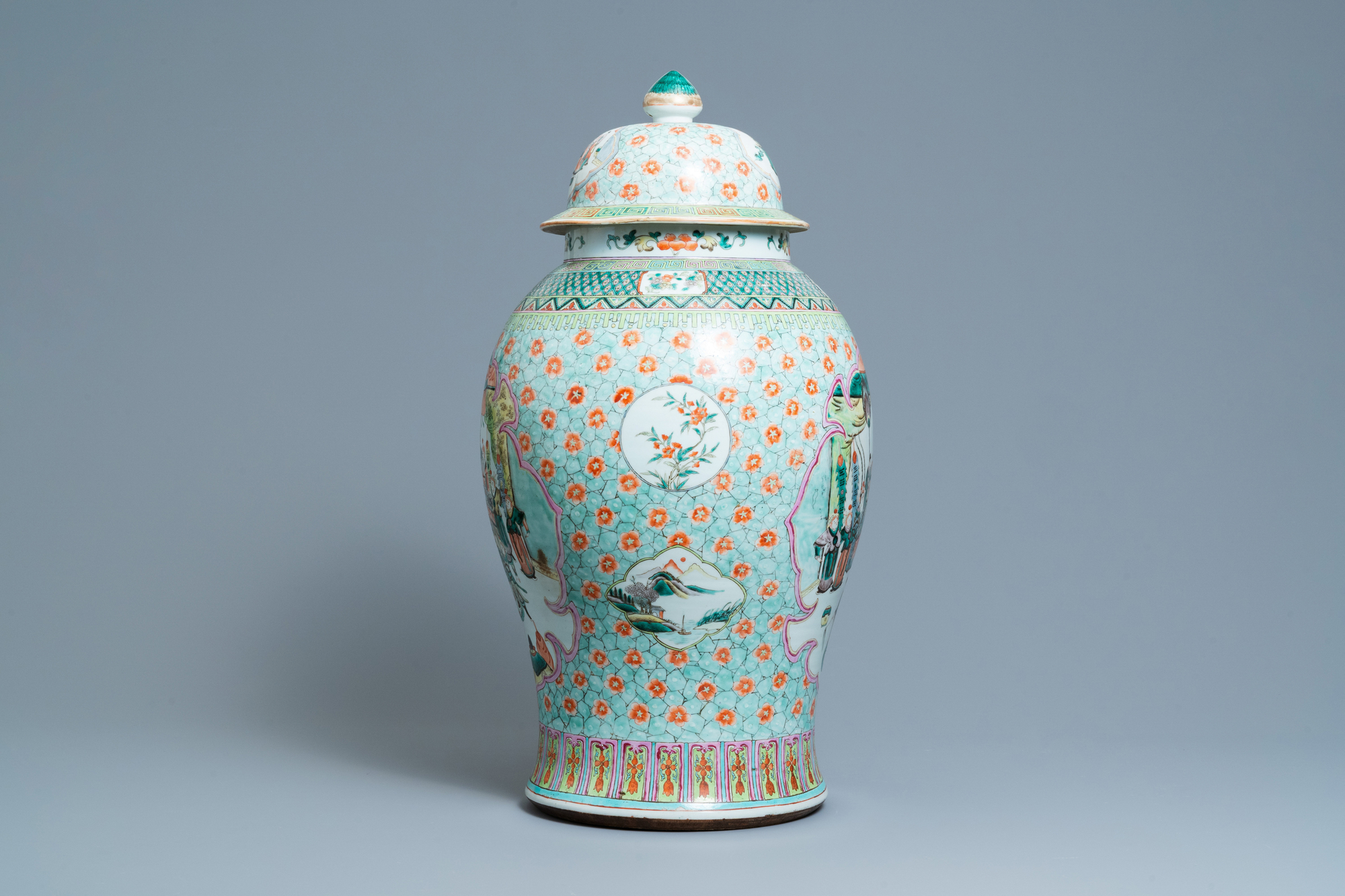 A large Chinese famille verte vase and cover, 19th C. - Image 2 of 8