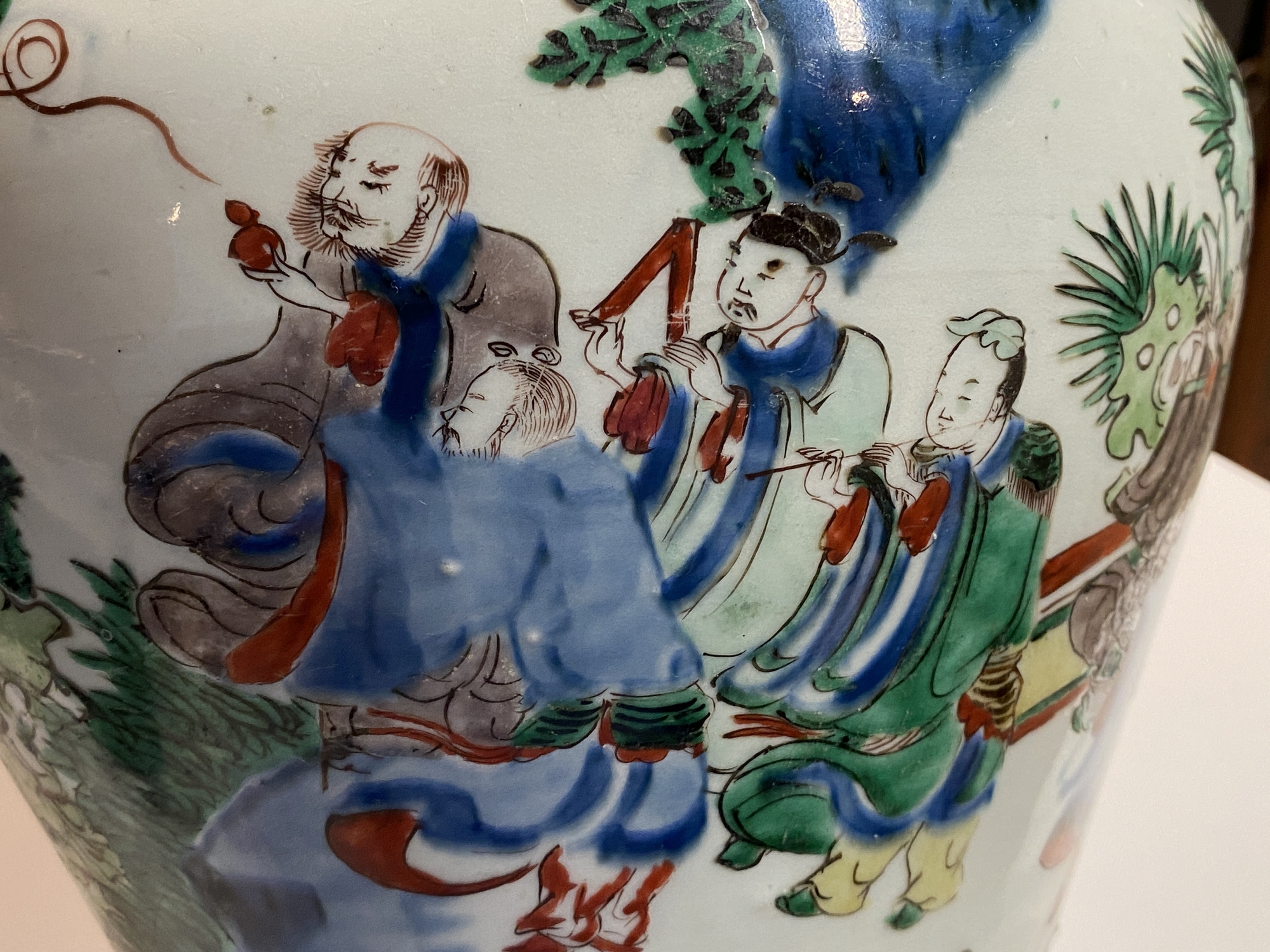 A Chinese wucai 'immortals' vase and cover, Shunzhi - Image 31 of 33
