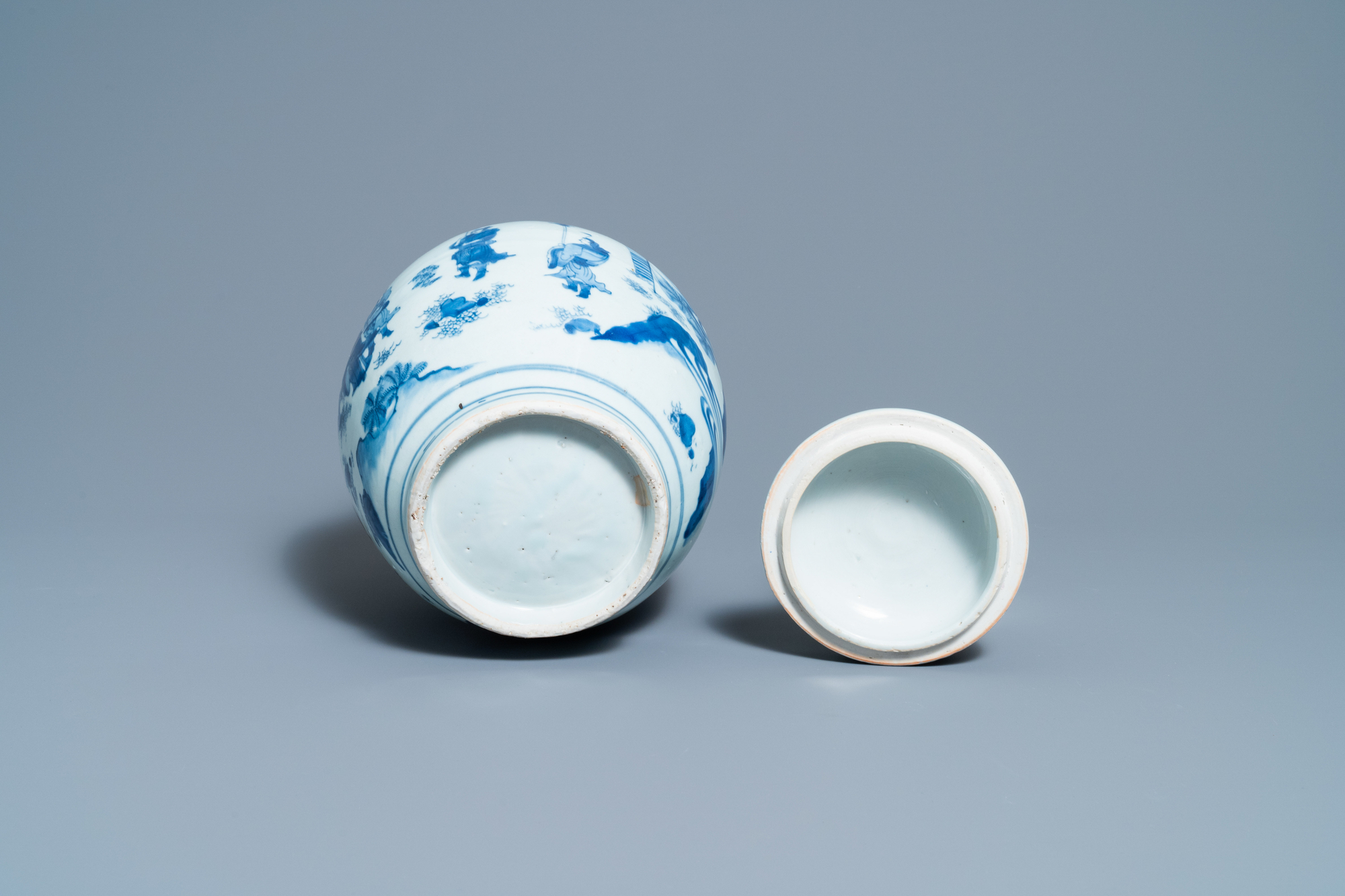 A Chinese blue and white jar and cover with figures in a landscape, Transitional period - Image 7 of 13