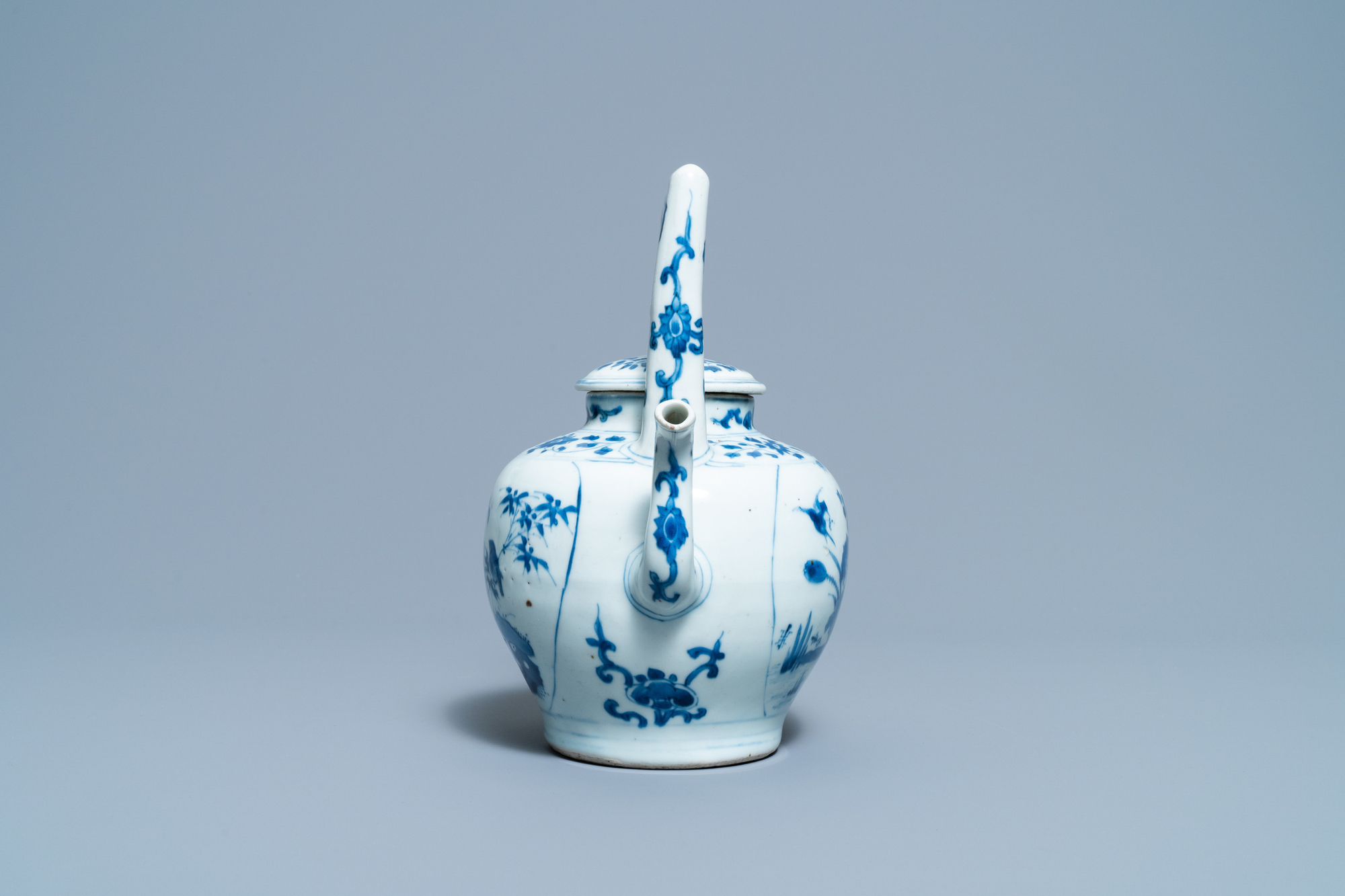 A large Chinese blue and white 'birds' wine ewer and cover, Transitional period - Image 5 of 13