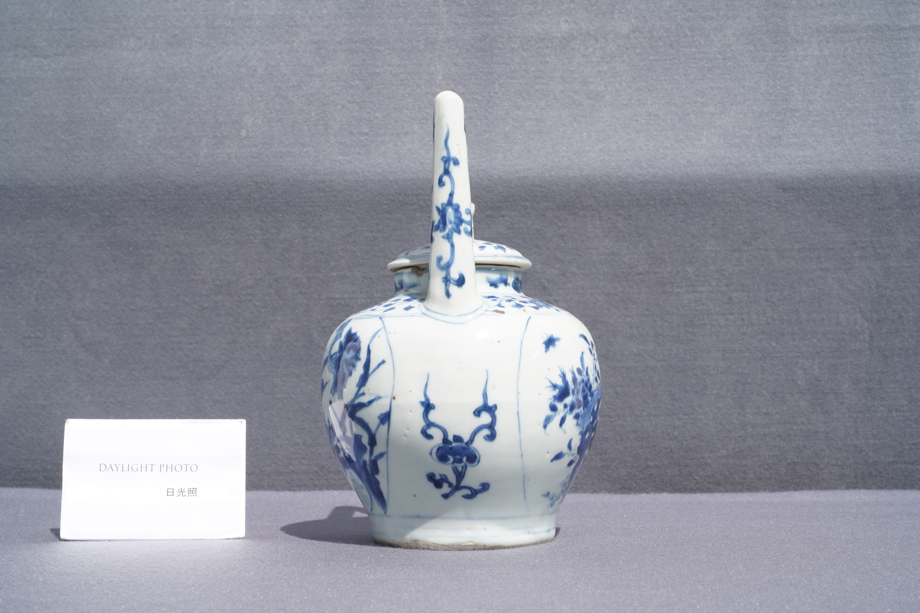 A large Chinese blue and white 'birds' wine ewer and cover, Transitional period - Image 9 of 13