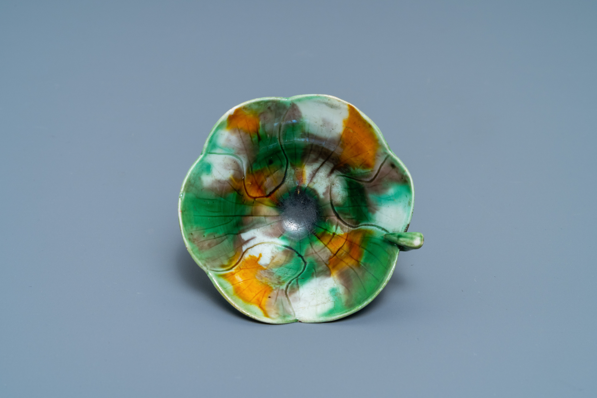 A Chinese 'egg and spinach'-glazed lotus cup and saucer with applied design, Kangxi - Image 8 of 9