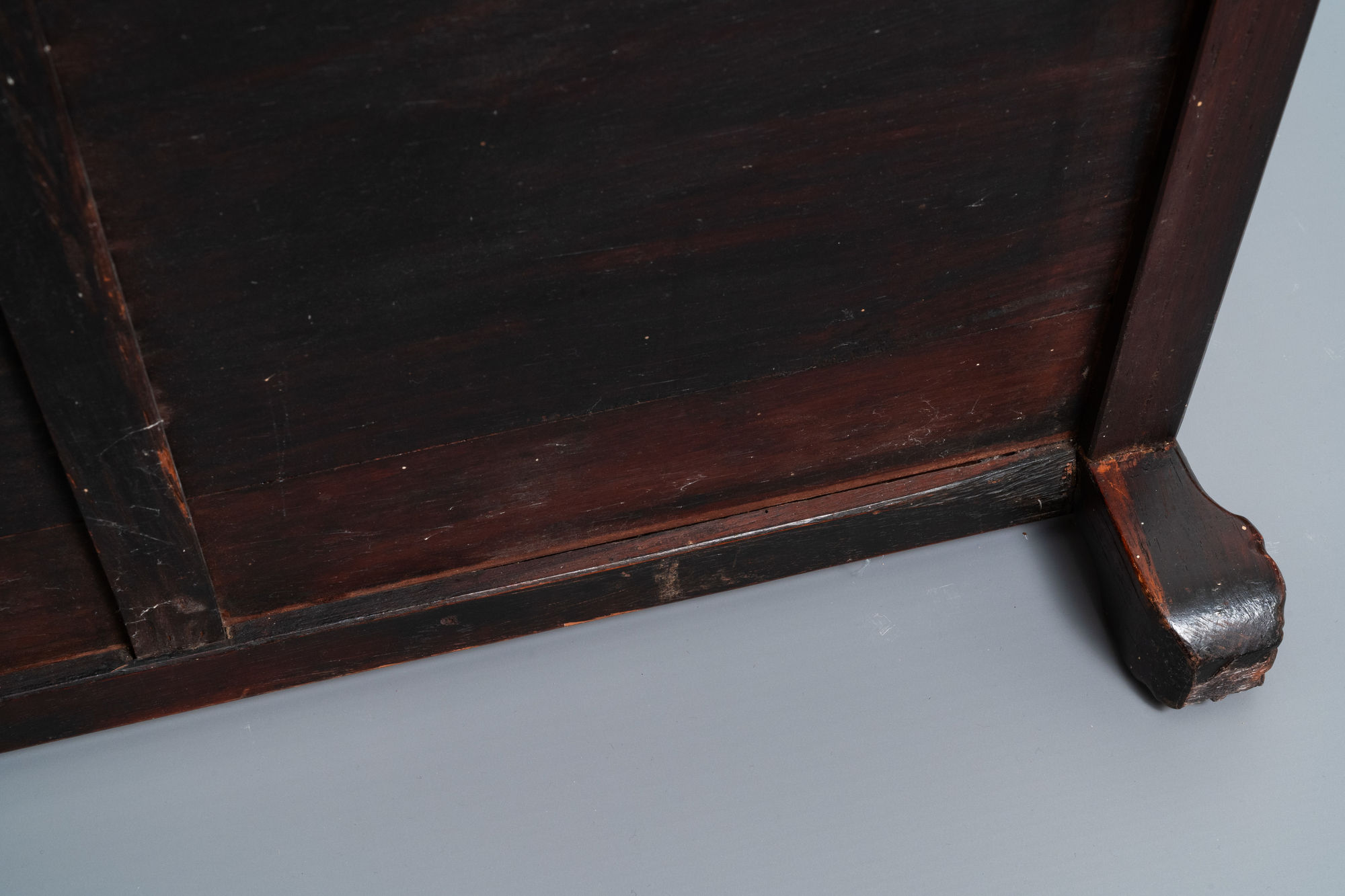 A Chinese mother-of-pearl-inlaid wooden sideboard with marble top, 19th C. - Image 10 of 10