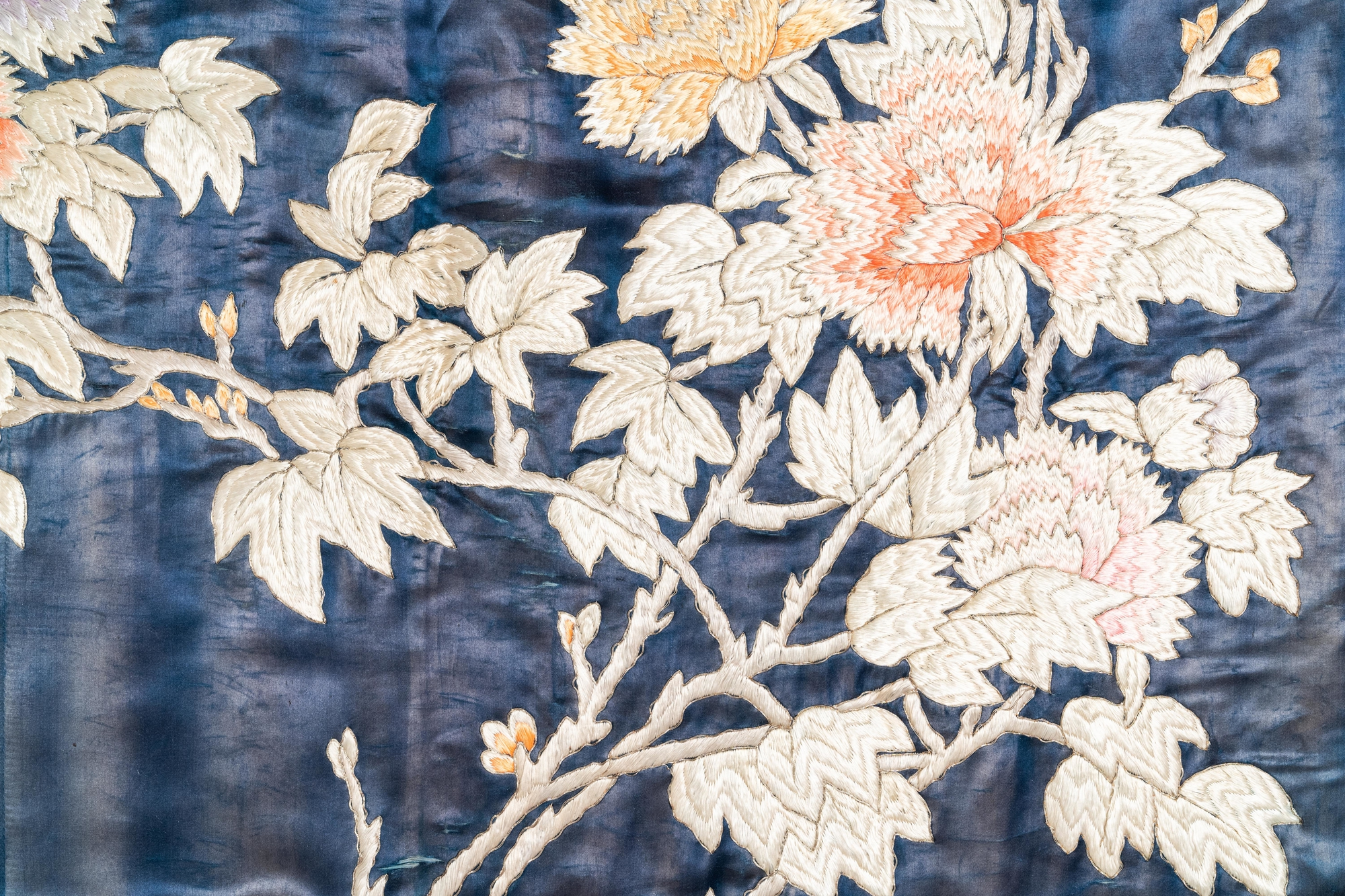 Three Chinese panels of embroidered silk, 19/20th C. - Image 16 of 17