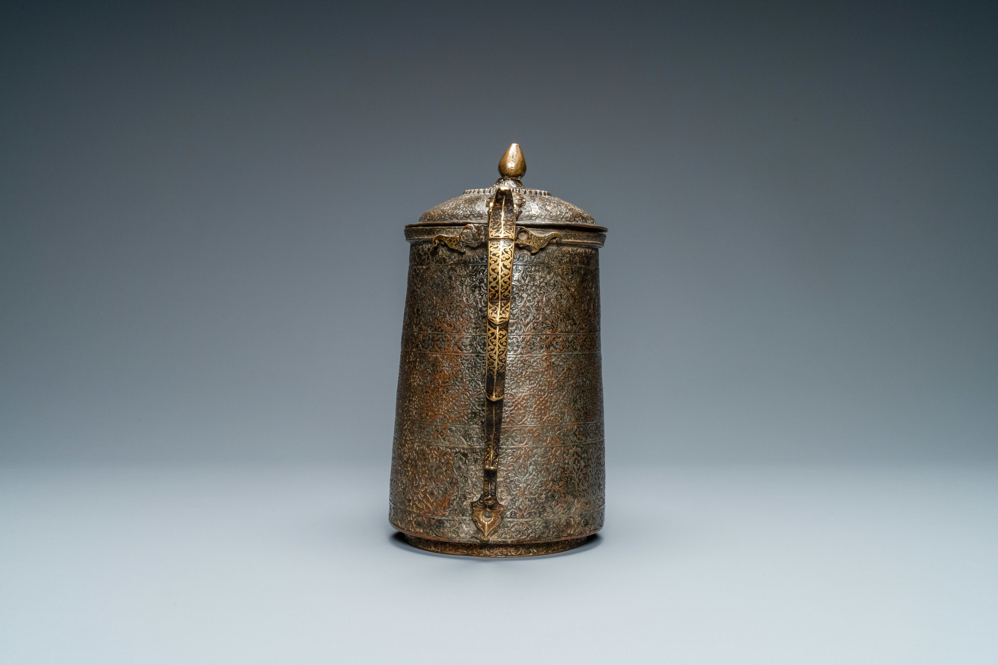 A Safavid parcel-gilt and tinned copper mug and cover, Persia, 17/18th C. - Image 2 of 7