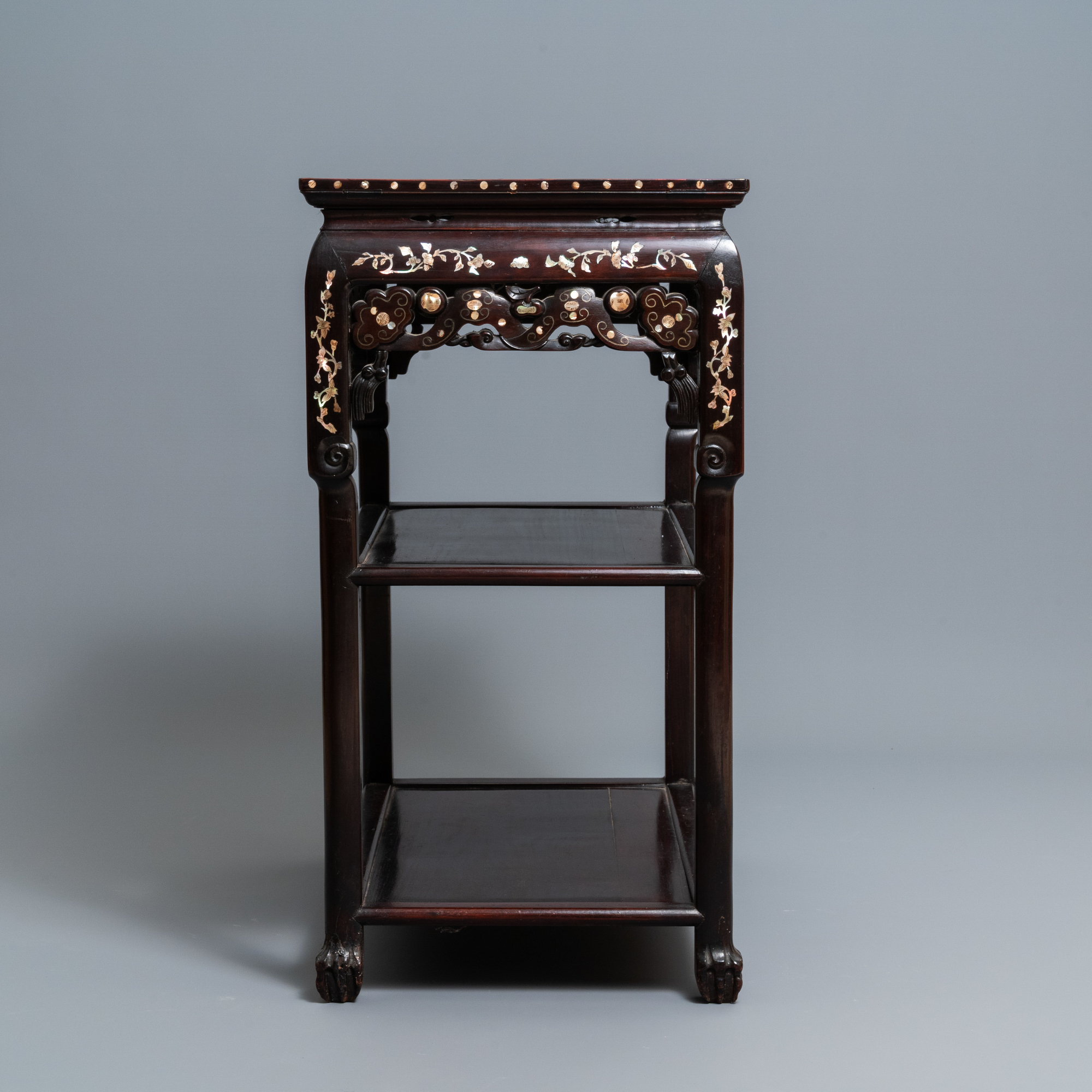 A Chinese mother-of-pearl-inlaid wooden sideboard with marble top, 19th C. - Image 3 of 10