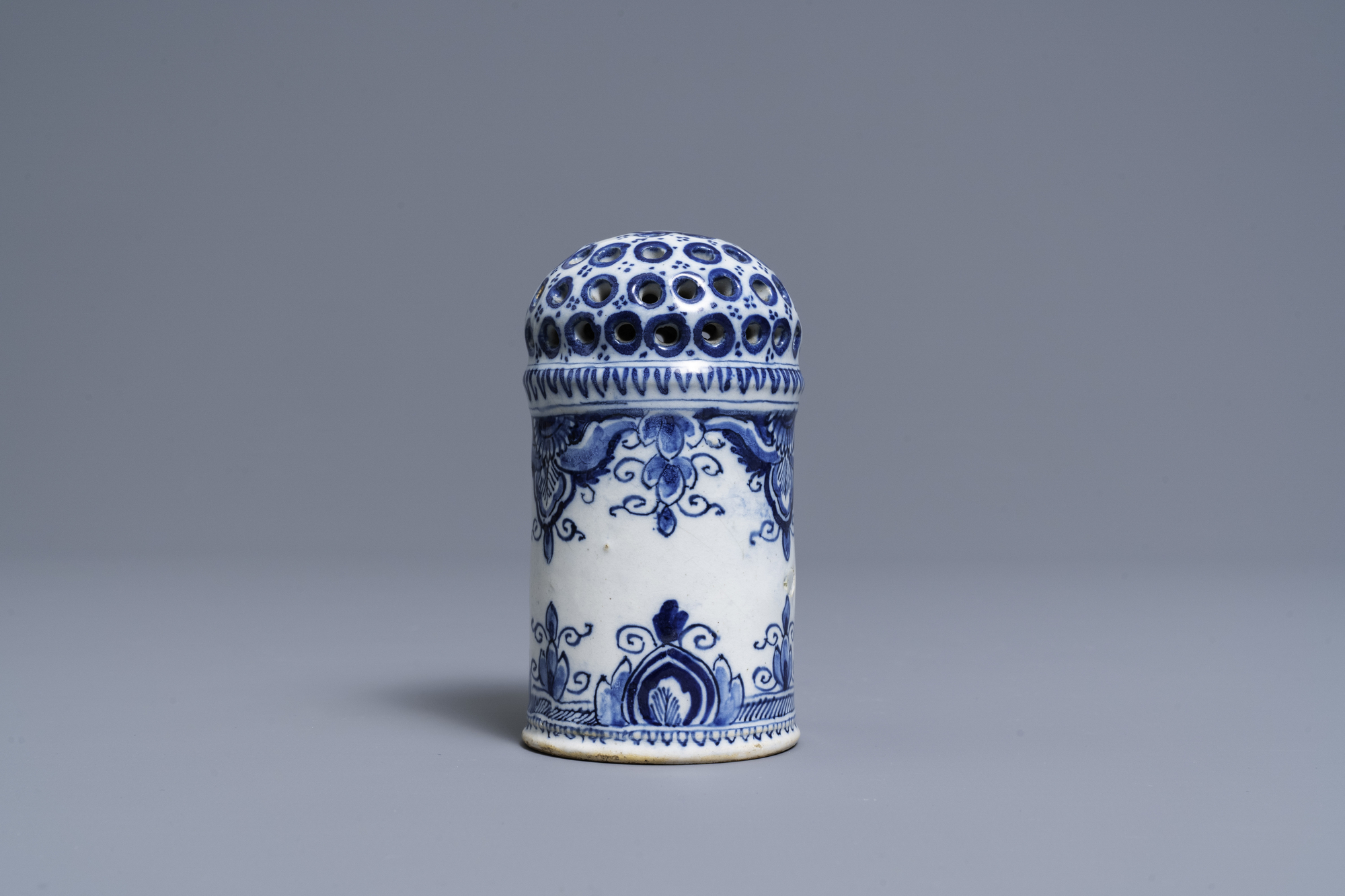 A Dutch Delft blue and white caster, 18th C. - Image 4 of 7