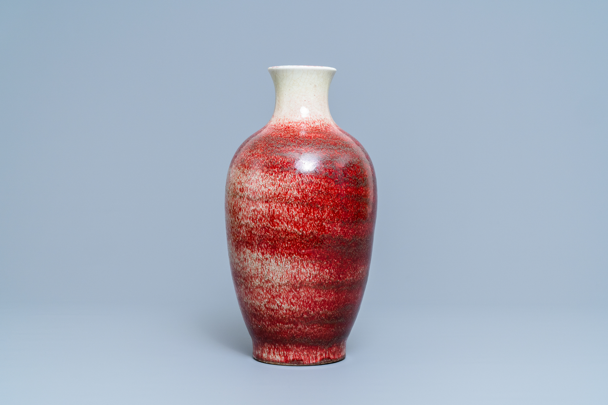 A Chinese monochrome peachbloom-glazed vase, 18/19th C. - Image 3 of 19