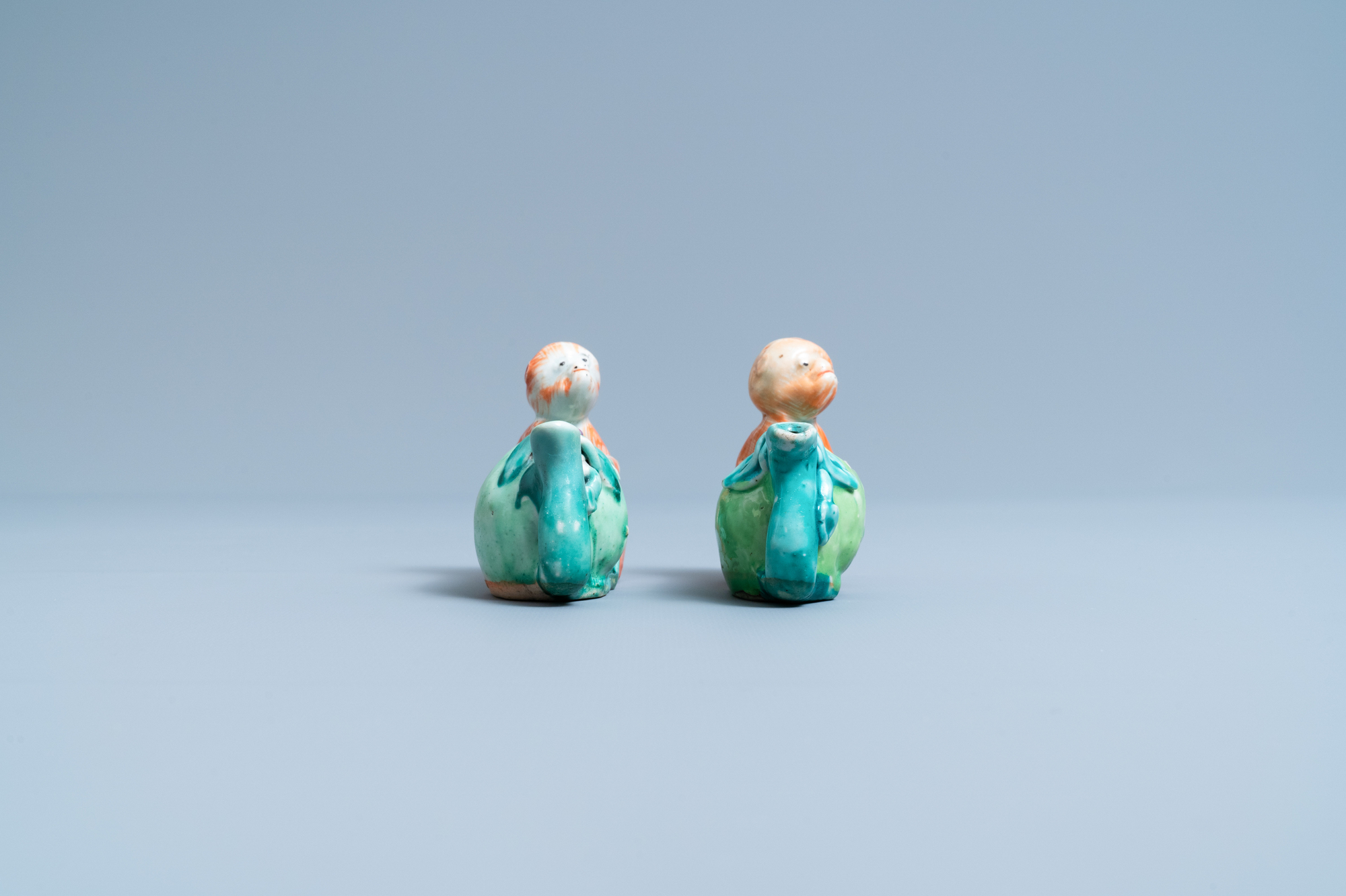 A pair of Chinese famille rose 'monkey and peach' water droppers, 19th C. - Image 3 of 7