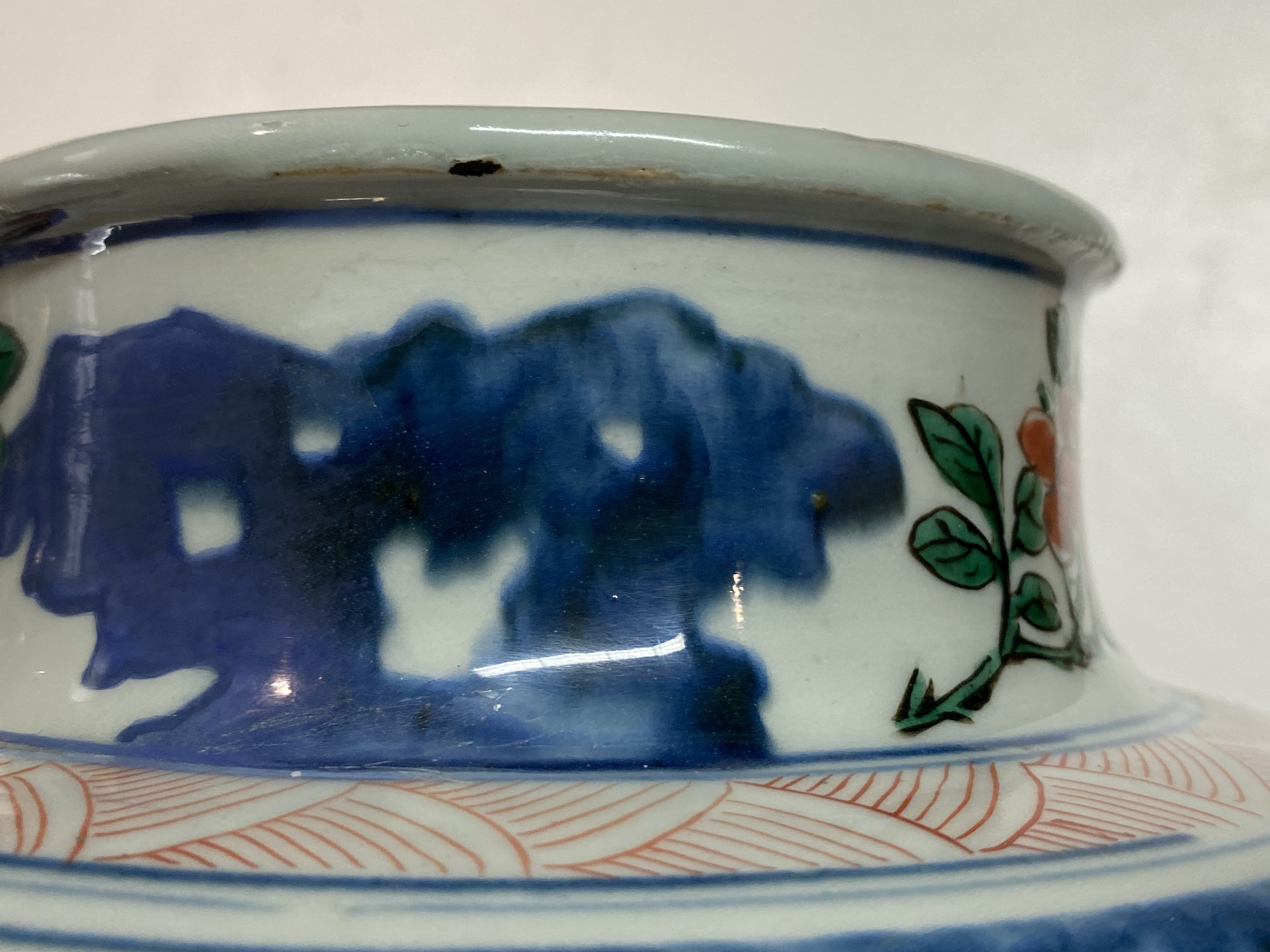 A Chinese wucai 'immortals' vase and cover, Shunzhi - Image 14 of 33