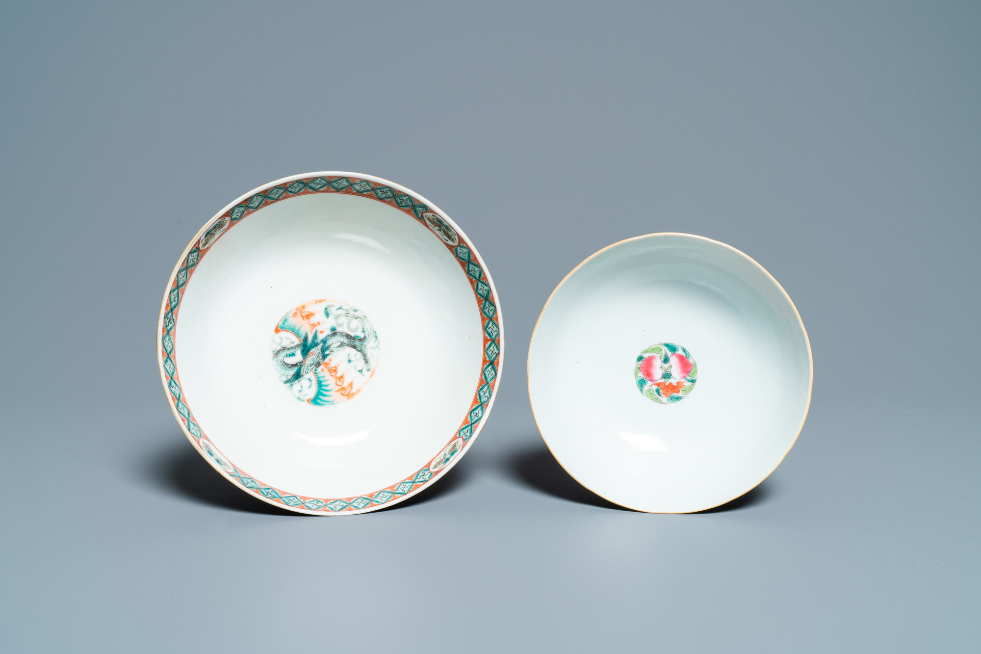 A Chinese blue and white jardiniere and two famille verte bowls, 19/20th C. - Image 12 of 13