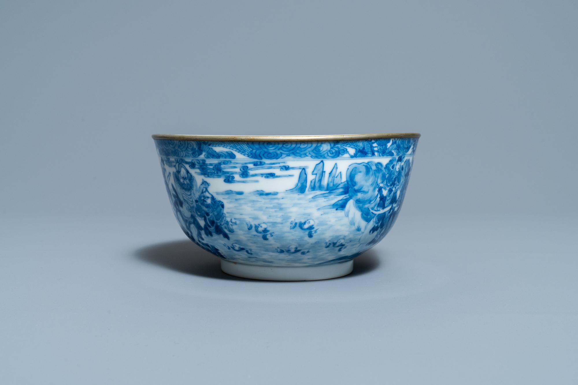 A Chinese blue and white Vietnamese market 'Bleu de Hue' bowl, Kangxi mark, 19th C. - Image 5 of 7