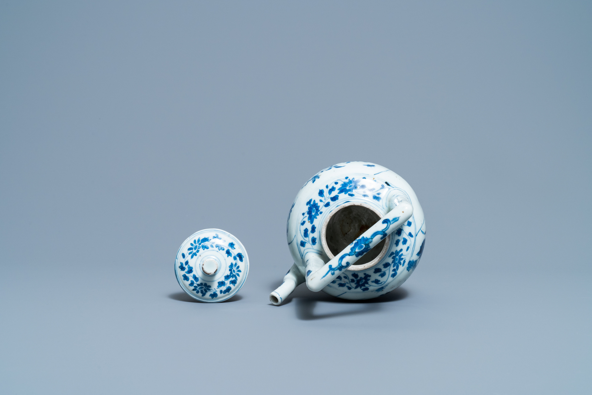 A large Chinese blue and white 'birds' wine ewer and cover, Transitional period - Image 6 of 13