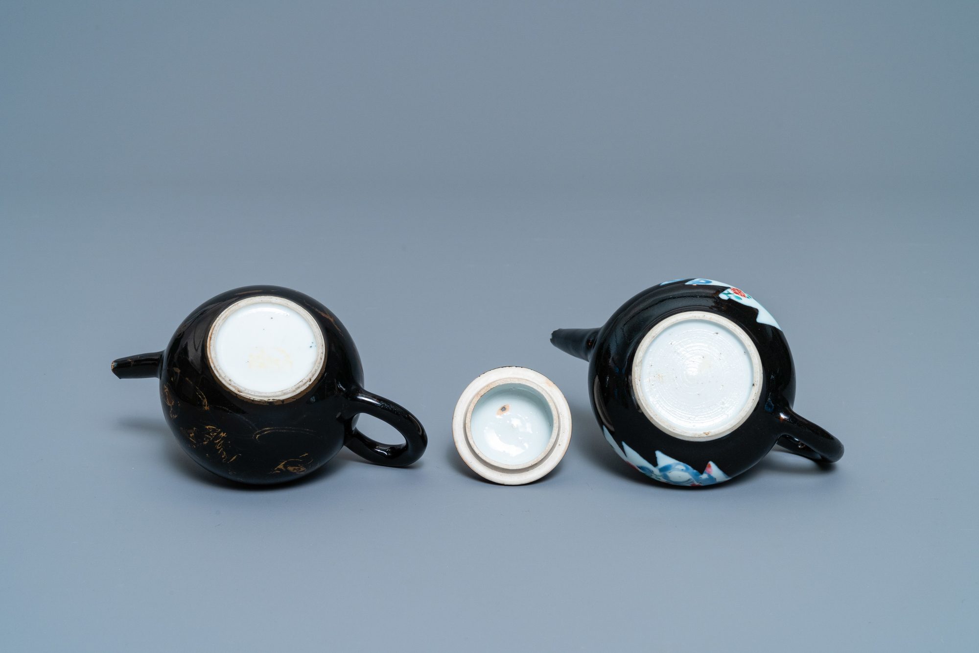 Two Chinese famille noire teapots, a pattipan and two spoon trays, Yongzheng/Qianlong - Image 9 of 9